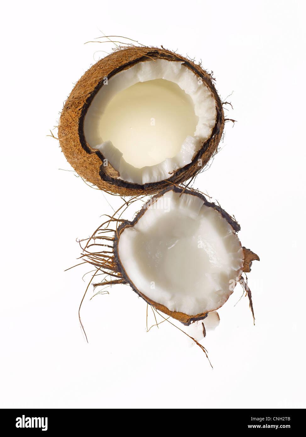 Cáscara de coco fresca cruda cortó abierto Imagen De Stock