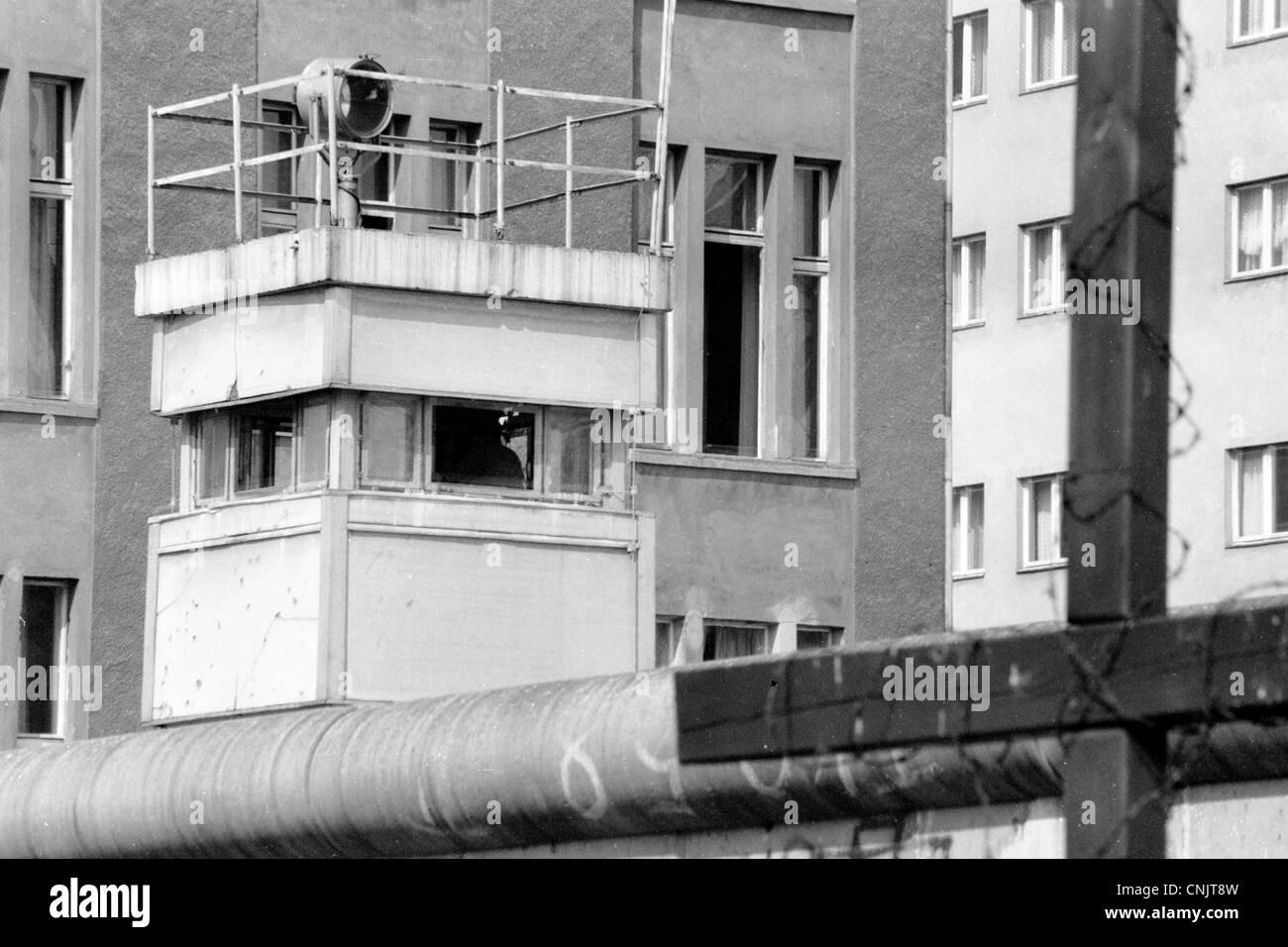 El Checkpoint Charlie en la Friedrichstrasse - muro de Berlín en 1989 Watch Tower Imagen De Stock