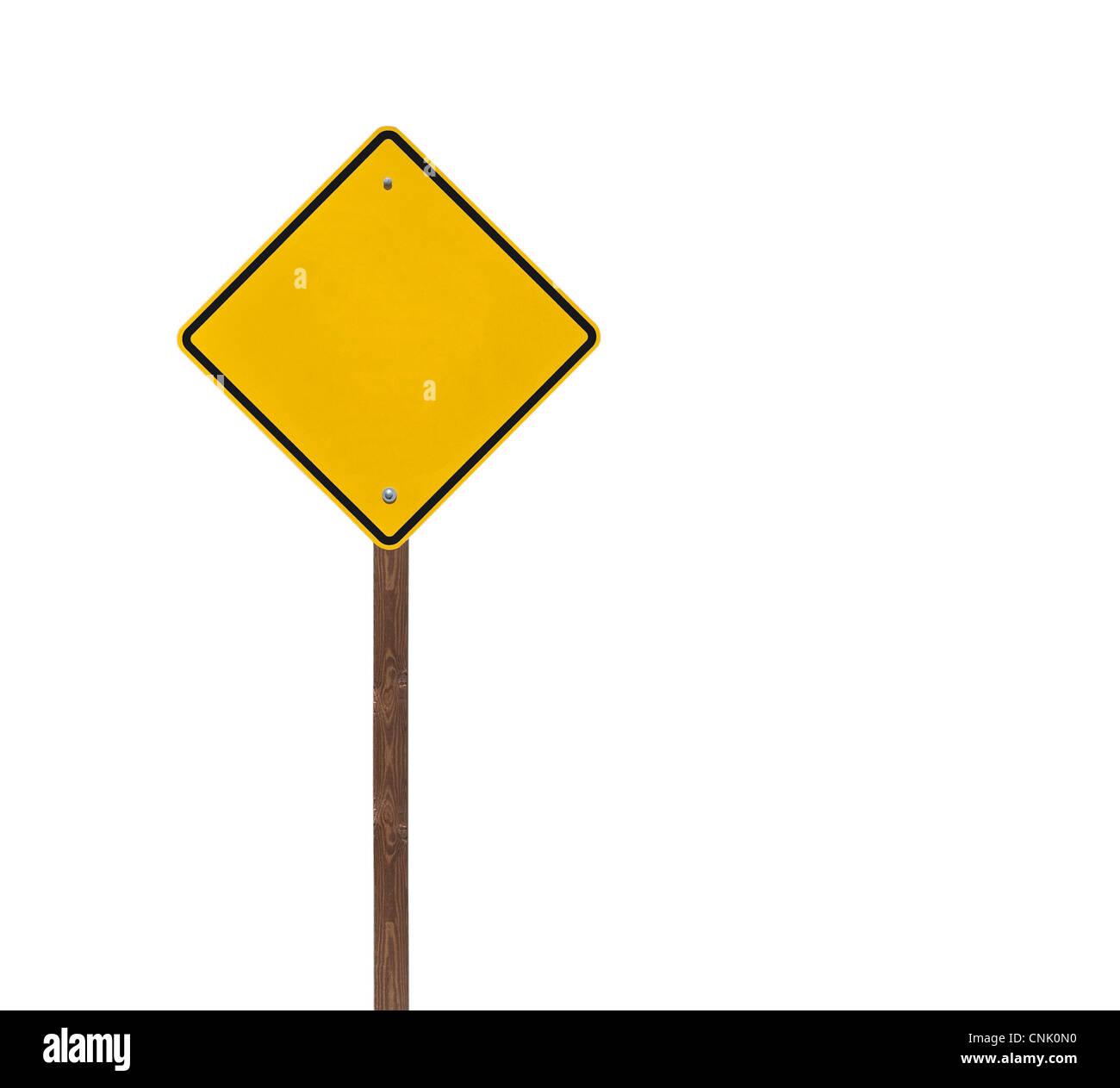Altura aisladas en blanco, señal de precaución sobre un poste de madera. Foto de stock