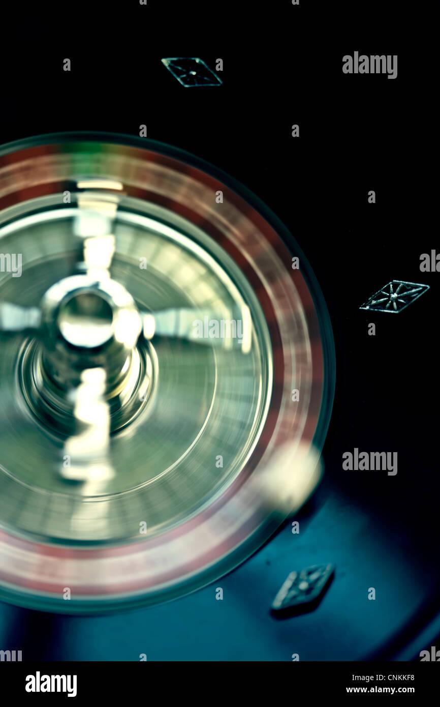 Mesa de juego de ruleta y fichas de juego Imagen De Stock