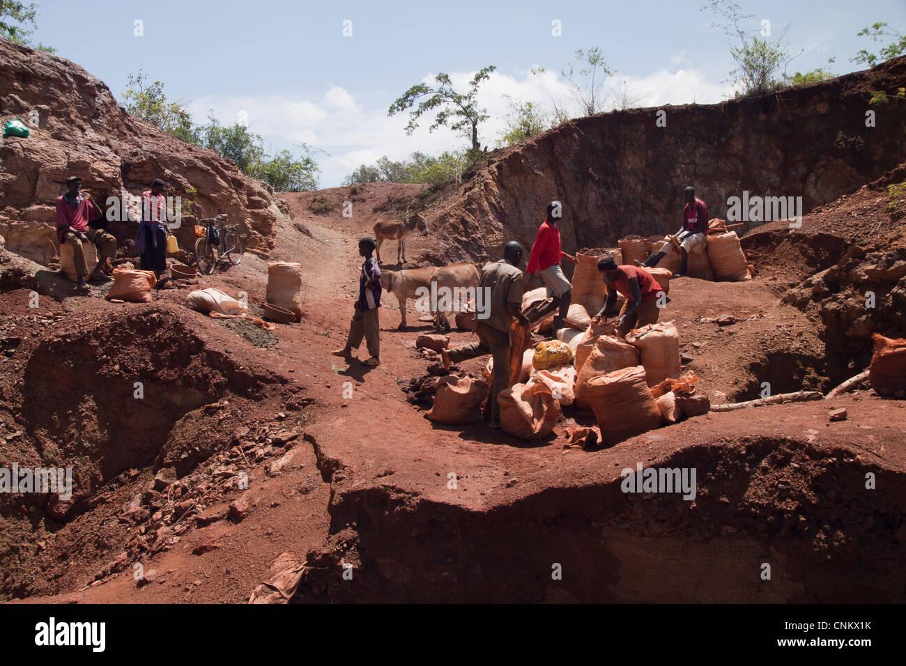 Los mineros artesanales kenianos locales para excavar el oro en la mina de cobre Macalder abandonados en el Greenstone Imagen De Stock