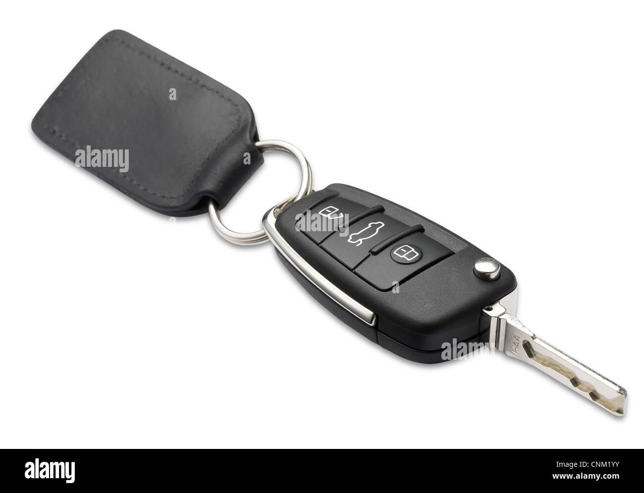 Un coche llave y llavero con poca profundidad de campo en blanco con trazado de recorte Imagen De Stock