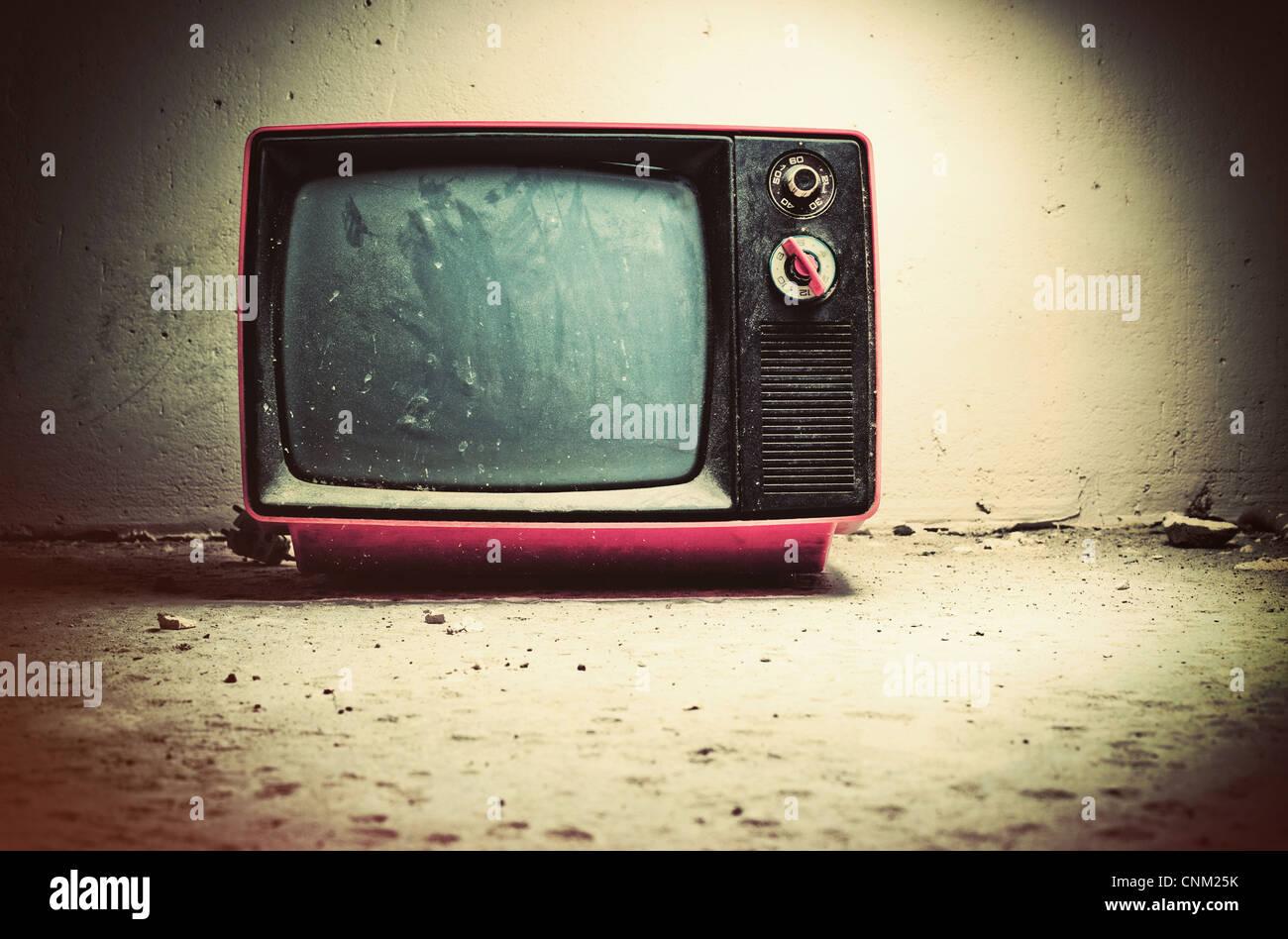 Viejo televisor en la habitación. Colores de estilo retro. Foto de stock