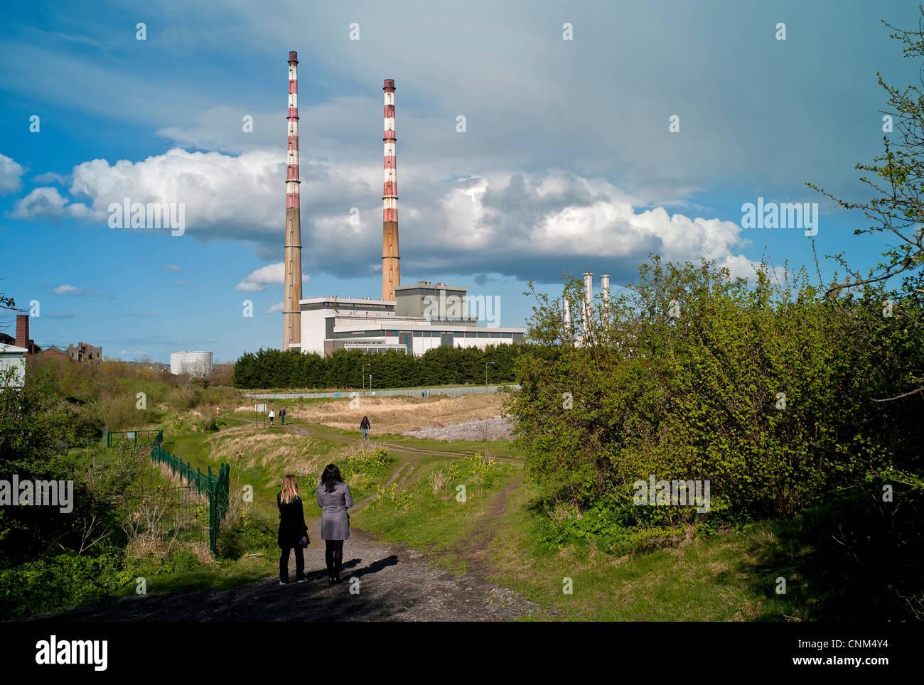 La estación generadora Poolbeg en Dublín Irlanda Foto de stock
