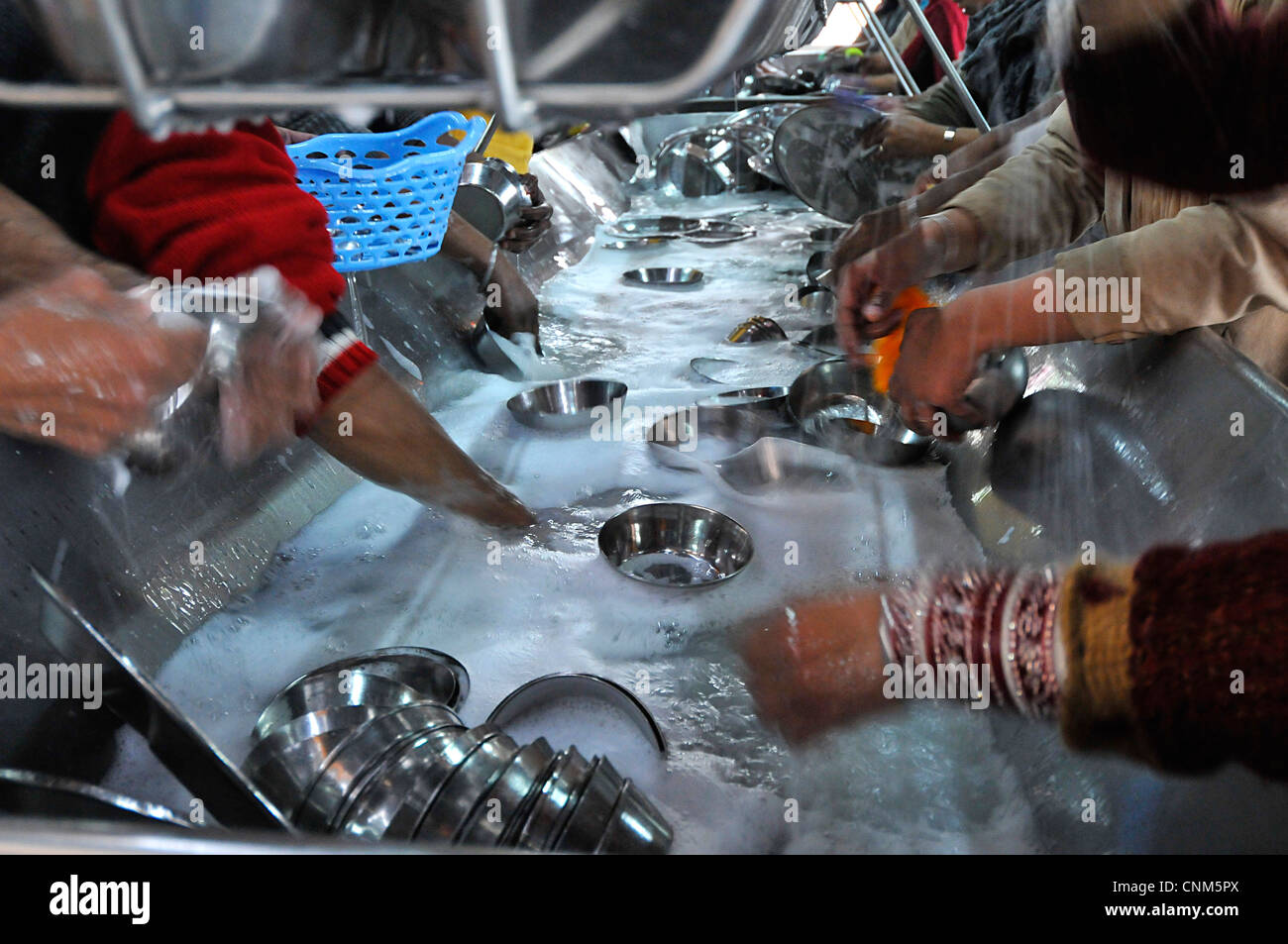 Asia India Punjab o Templo de Oro de Amritsar Hari Mandir voluntarios lavan miles de platos cada día Imagen De Stock