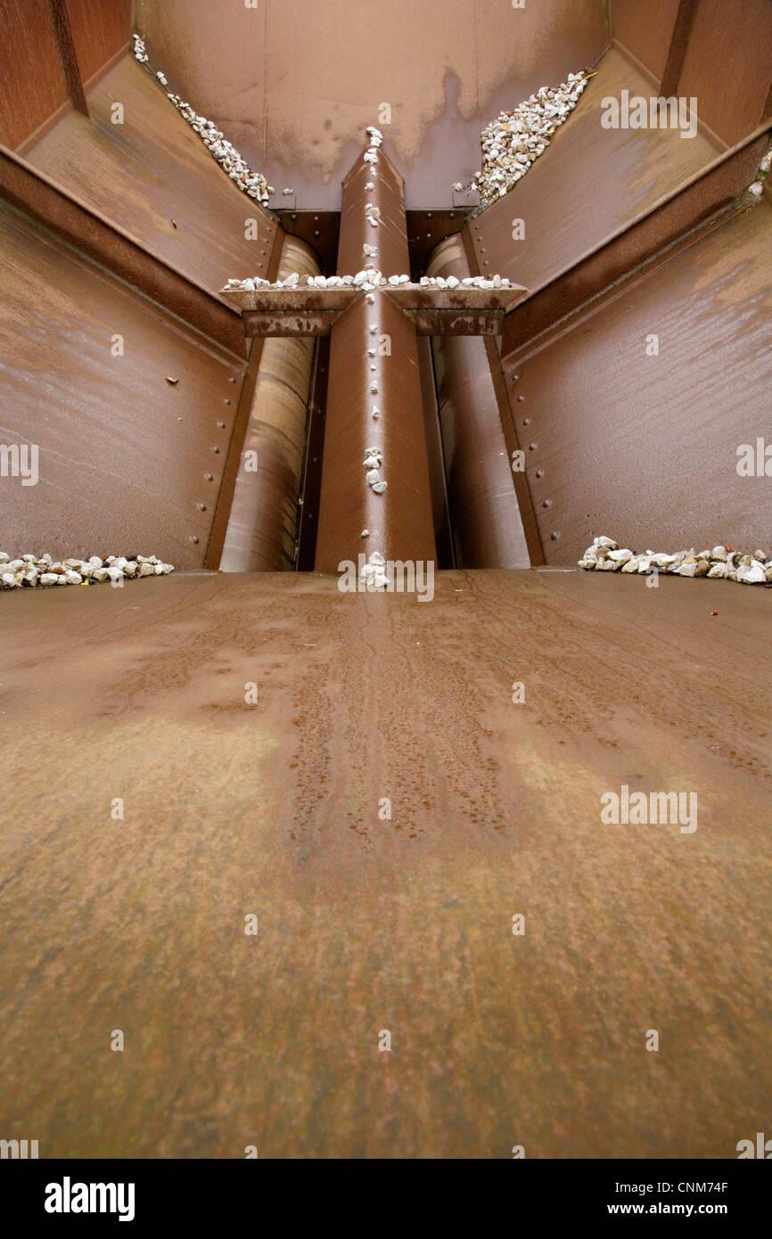 Vaciar la tolva de agregados. Imagen De Stock