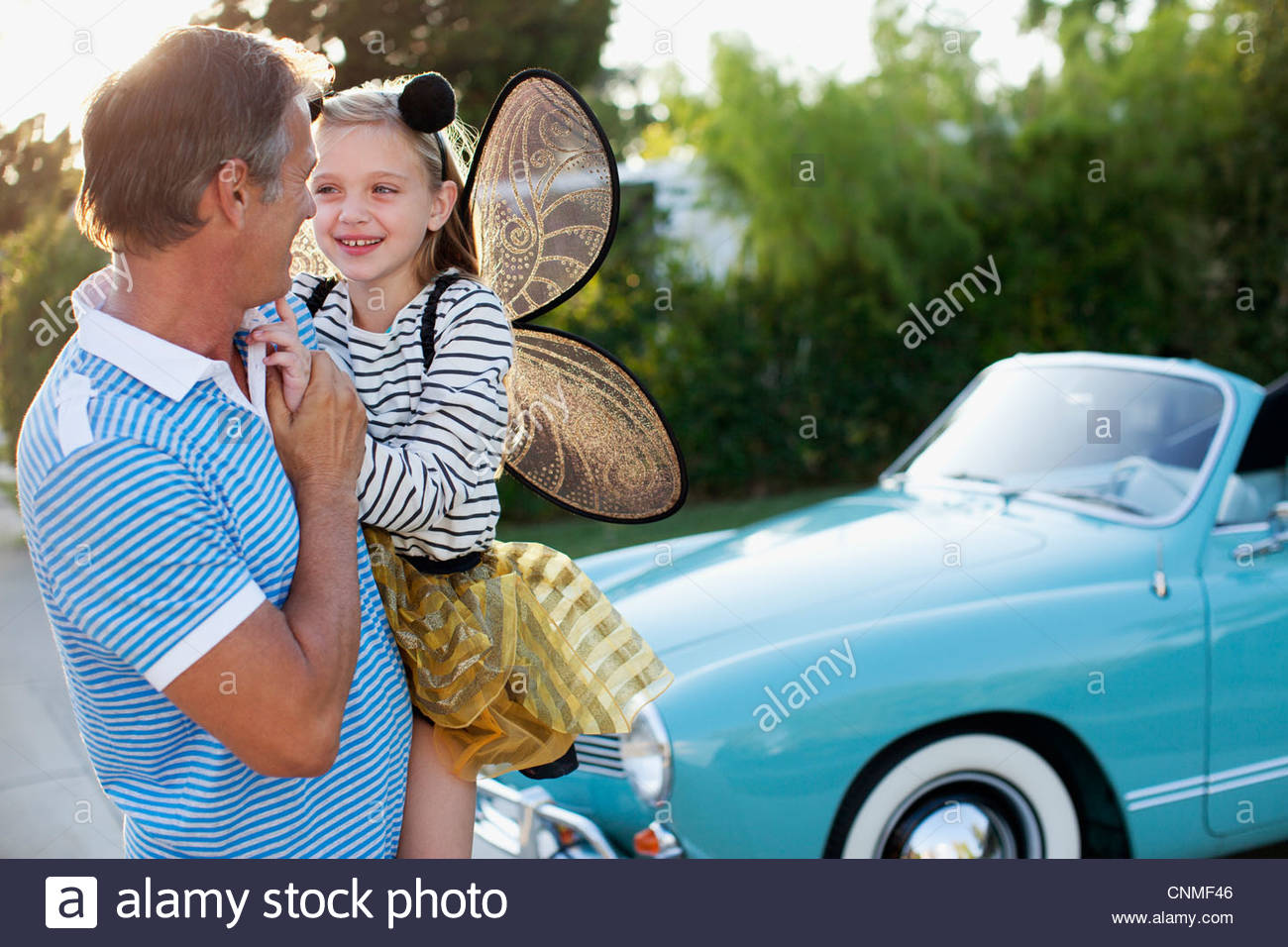 Hija de padre sosteniendo en las alas de hadas Imagen De Stock