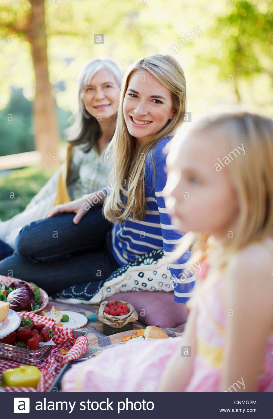 Tres generaciones de mujeres picnic Imagen De Stock
