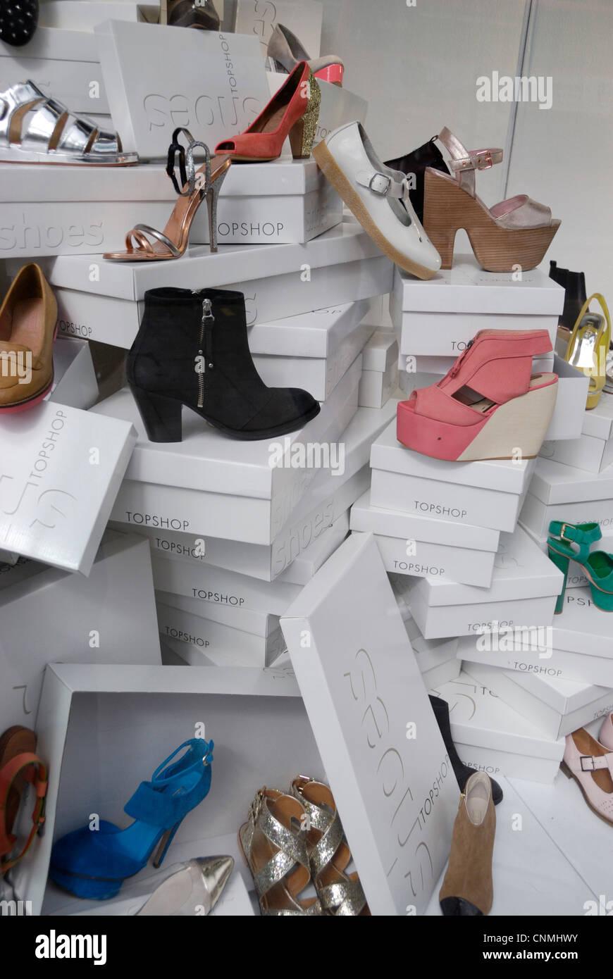 Mujer Escaparate En Las Zapatos Cajas Un Foto De Y 5xOwAqR0