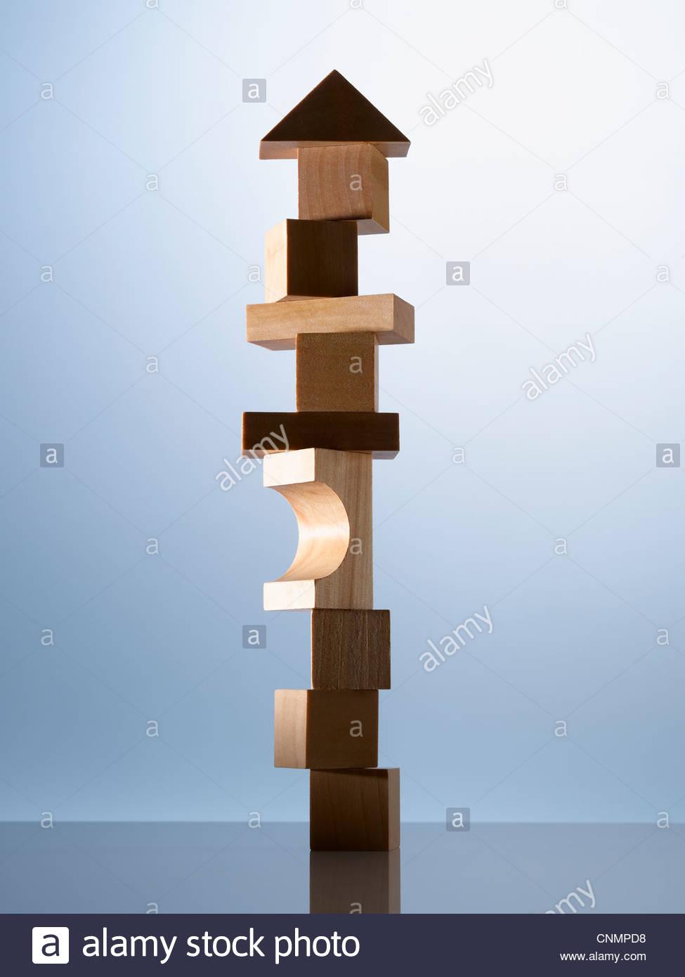 Pila de bloques de madera en una esquina de la mesa Imagen De Stock