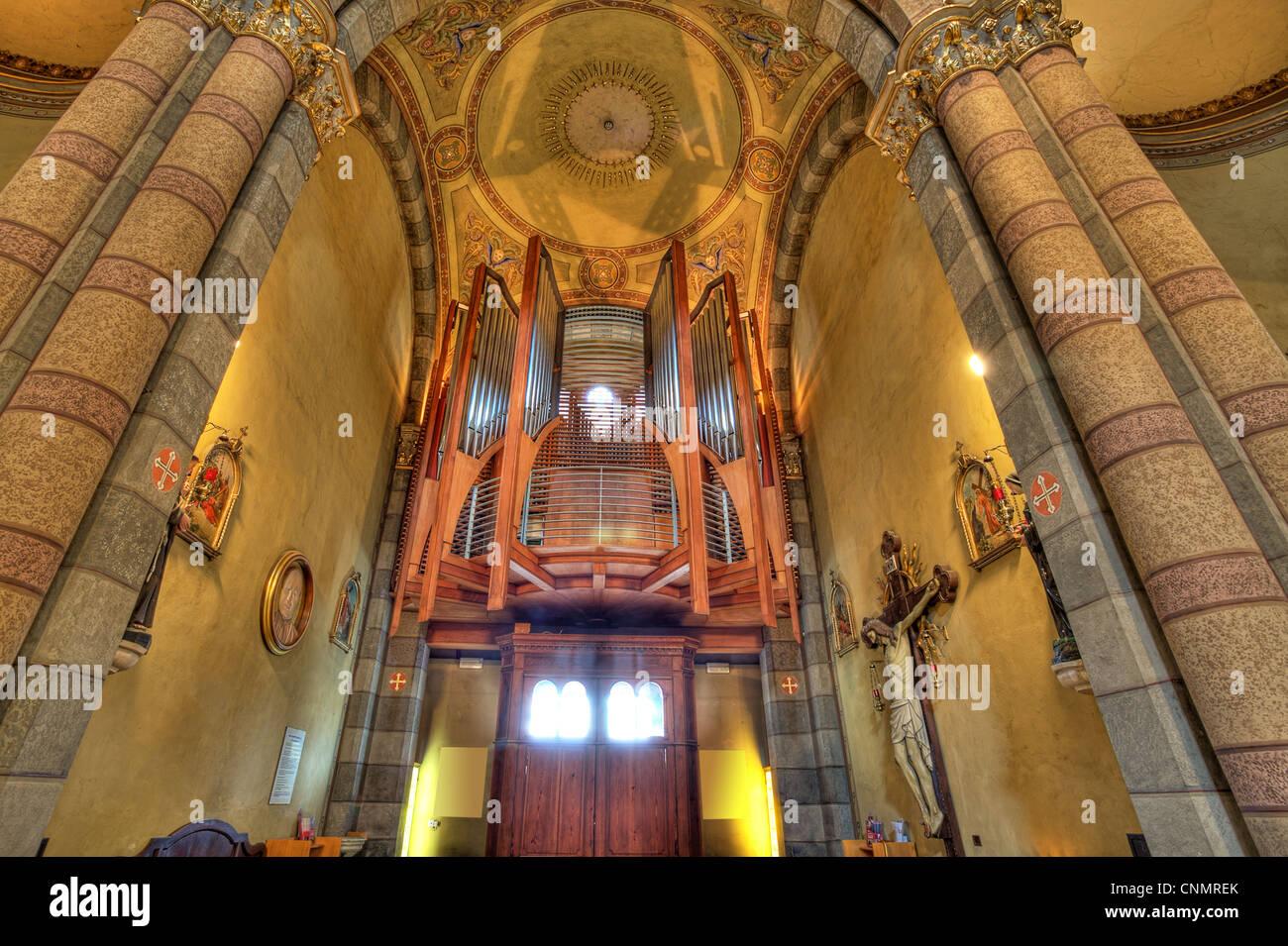 Ver el órgano de tubos dentro de Madonna Moretta iglesia católica en Alba, al norte de Italia. Imagen De Stock