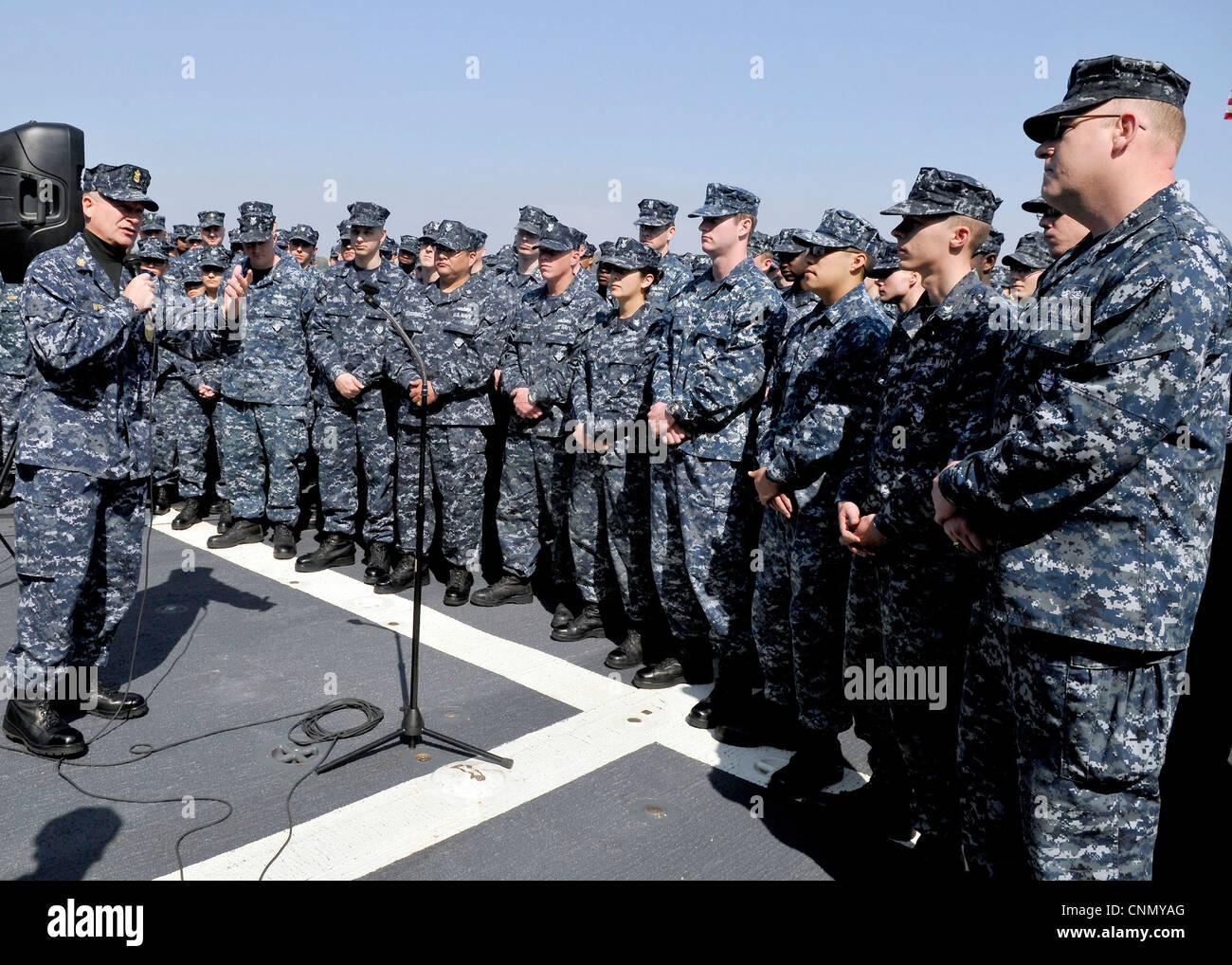 YOKOSUKA, Japón (18 de abril de 2012) el Jefe Maestro Petty Oficial de la Marina (MCPON) Rick D. West habla con los oficiales menores a bordo del destructor de misiles guiados de la clase Arleigh Burke USS McCampbell (DDG 85) durante su gira de dos días por el Comandante, actividades de flota Yokosuka. Foto de stock