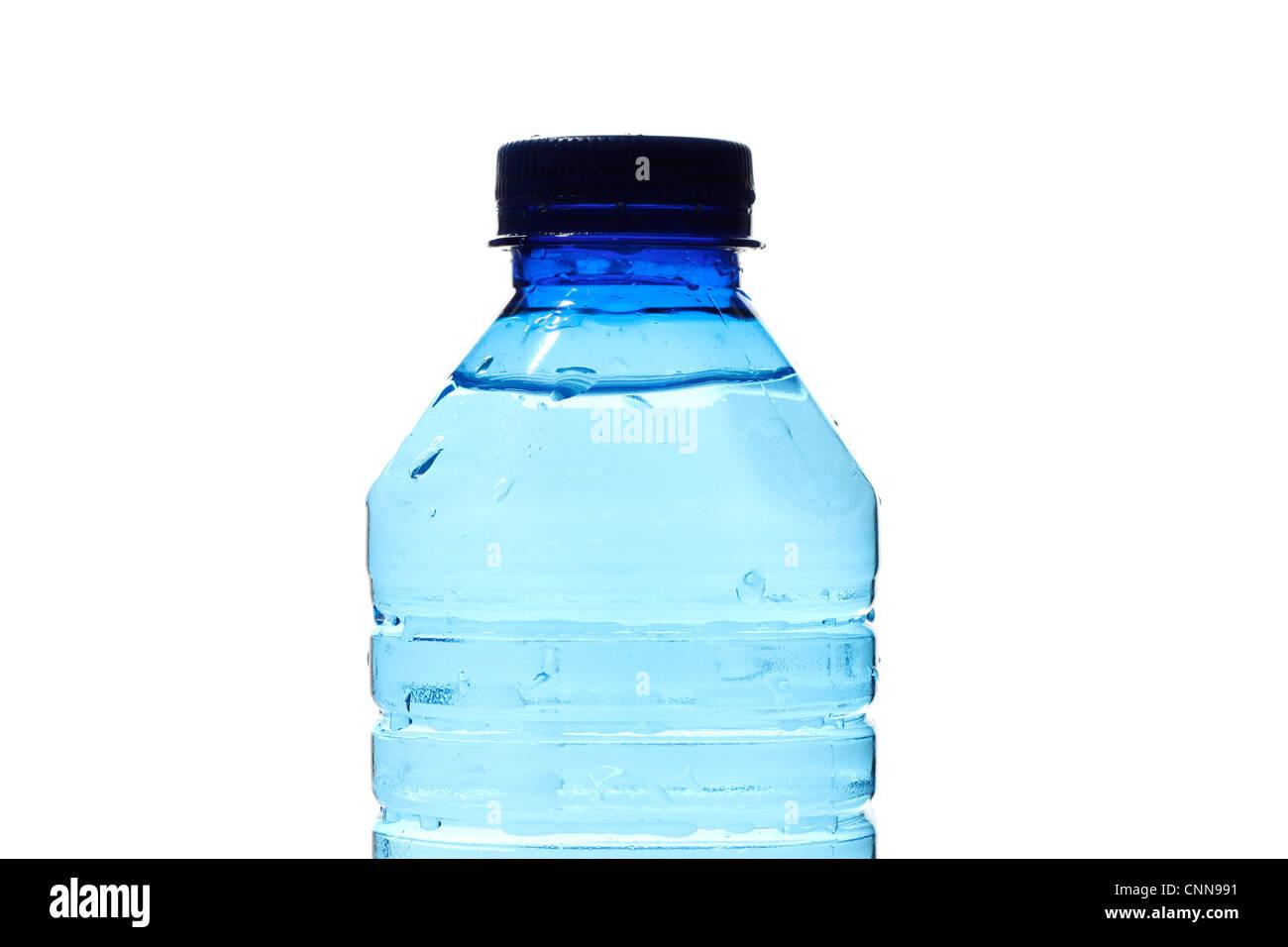 Botellas de agua aislado en blanco Imagen De Stock