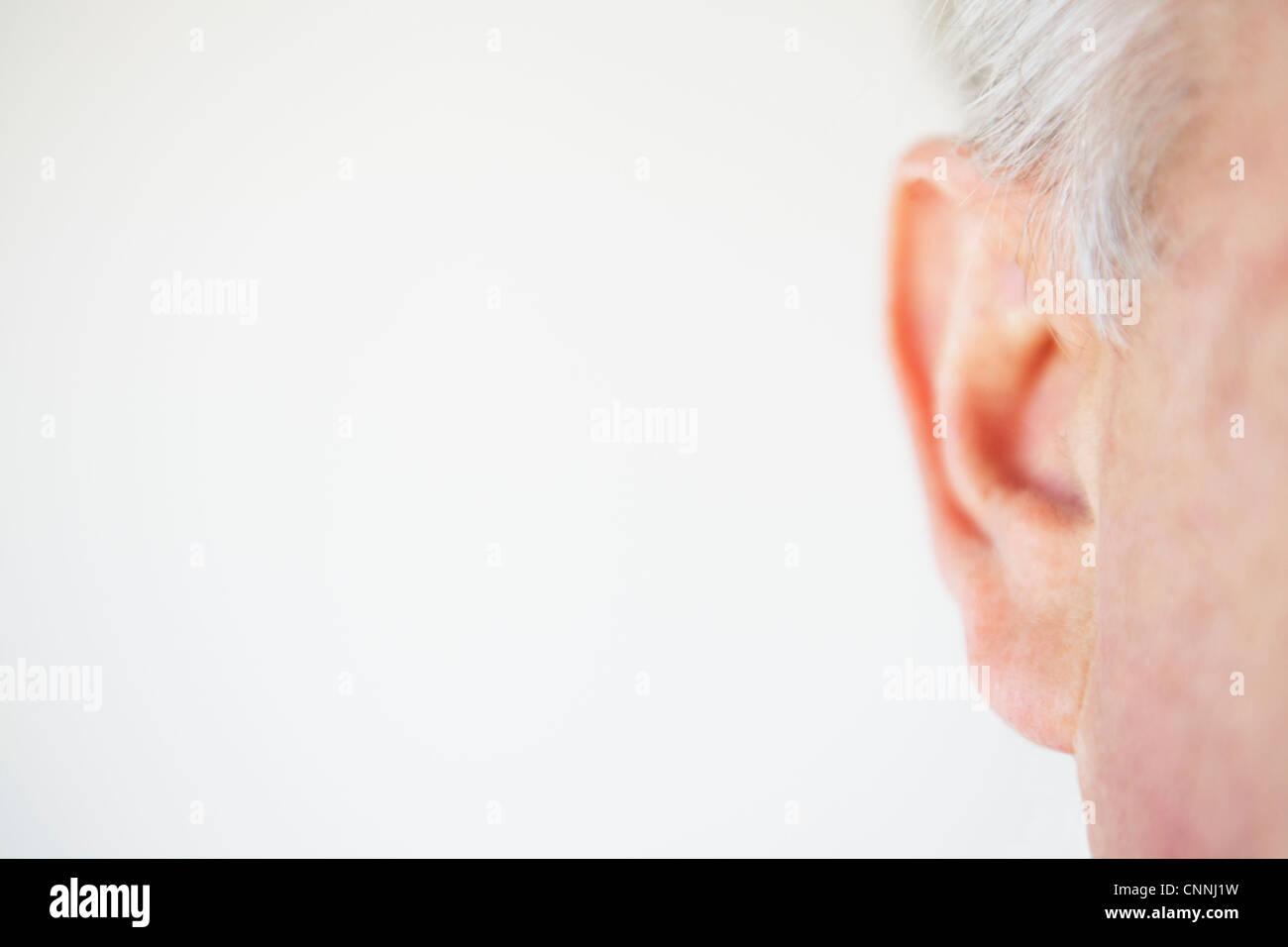 Cerca del oído de la persona de edad Imagen De Stock
