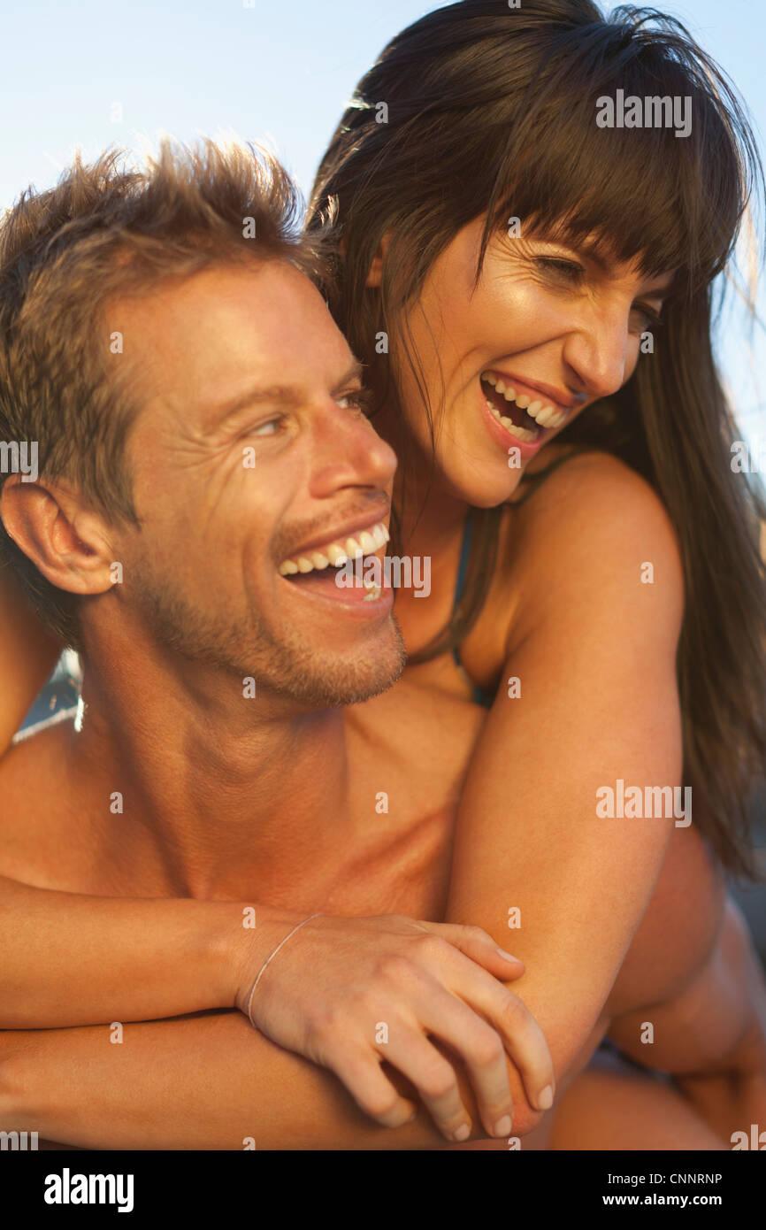 El hombre lleva novia piggyback Imagen De Stock