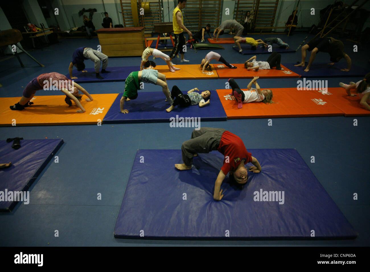 La formación del club gimnástico Podednik en Belgrado, Serbia. Imagen De Stock