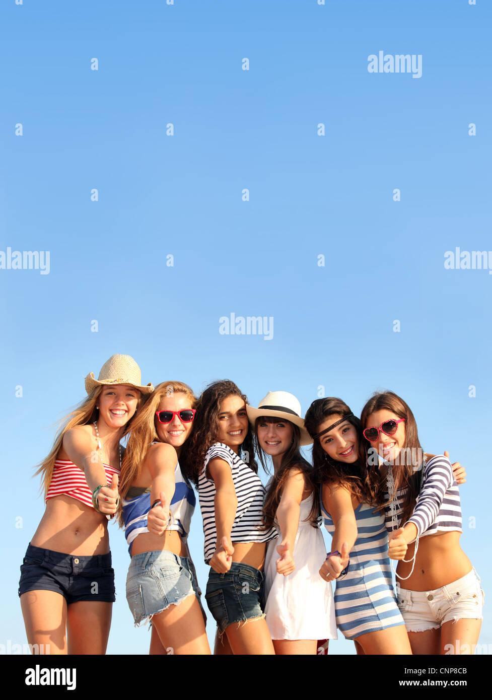 Grupo de adolescentes en la playa vacaciones de verano o vacaciones de primavera Imagen De Stock