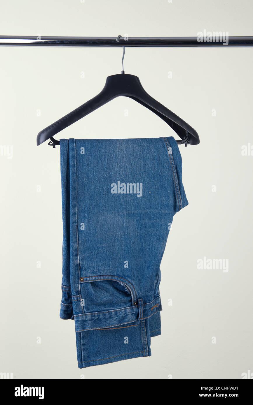 Jeans en la percha Foto de stock