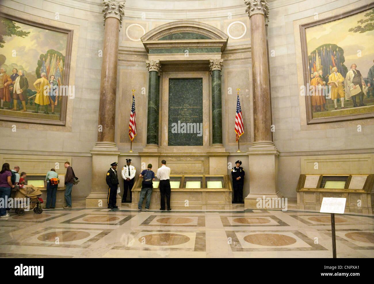 Los turistas la visualización de documentos y el arte en la Rotunda, de los Archivos Nacionales de Washington Imagen De Stock