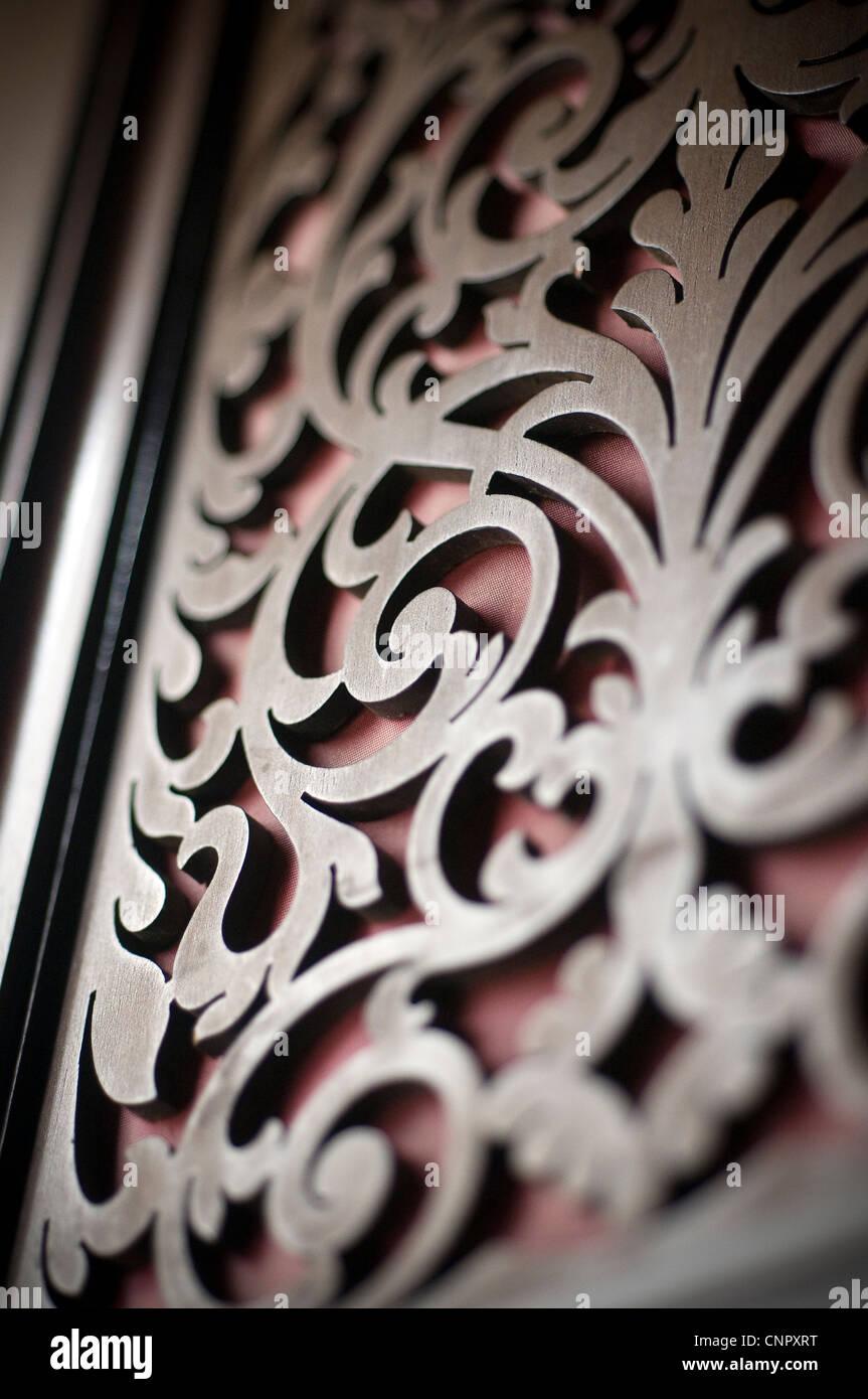 Calados,entrelazado diseño decorativo que está esculpida en bajorrelieve sobre un fondo sólido, o Imagen De Stock