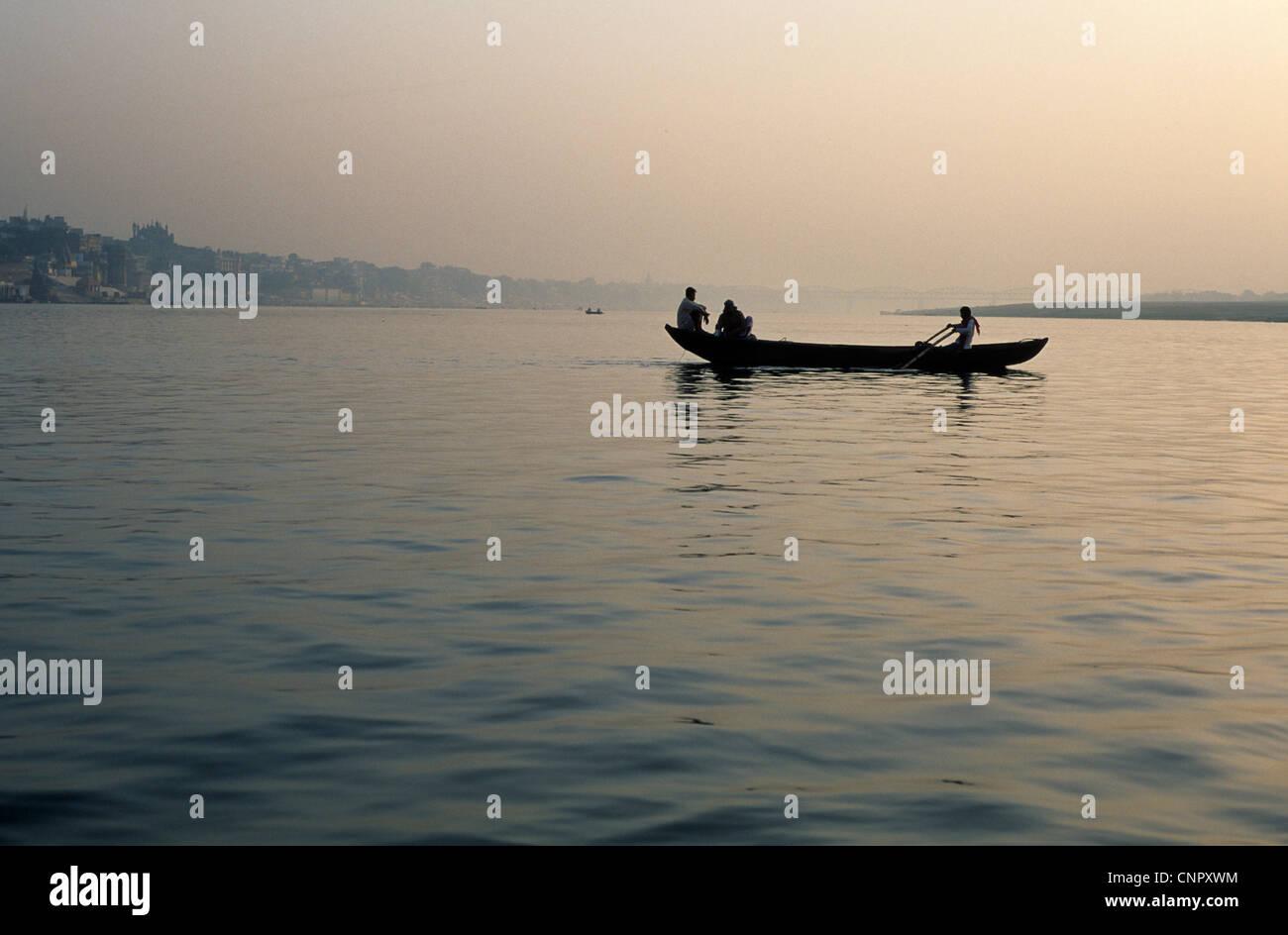 Barco navegando por el Ganges al amanecer en la antigua ciudad india de Benarés (Varanasi), Uttar Pradesh, Imagen De Stock