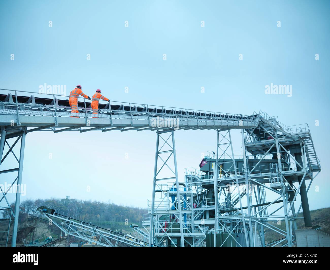 Trabajador transportador cribado de escalada Foto de stock