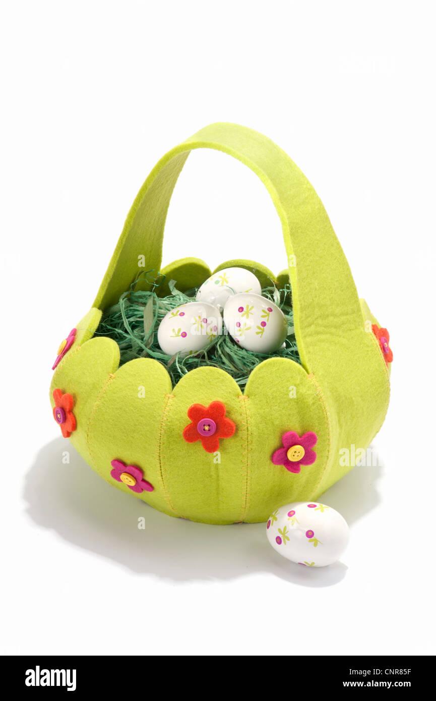 Una canasta llena de huevos decorados Foto de stock