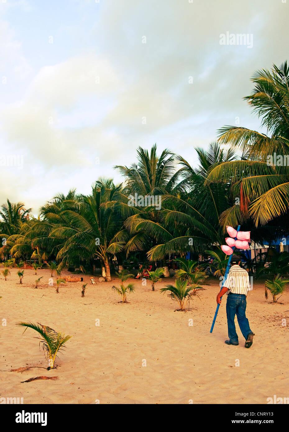 Vendedor de algodón dulce en la playa en Tela. Imagen De Stock