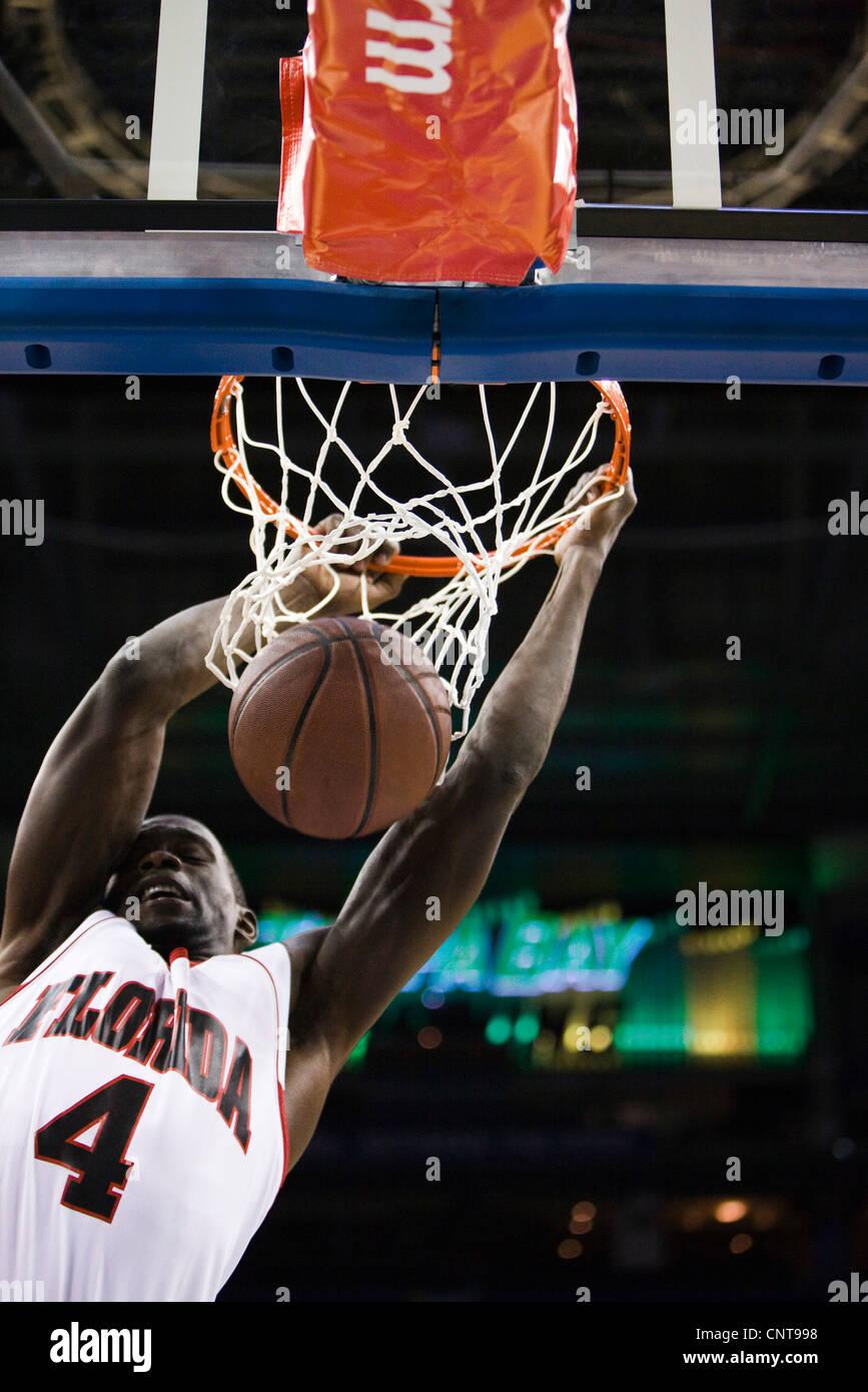 El jugador de baloncesto slam mojando el baloncesto Foto de stock