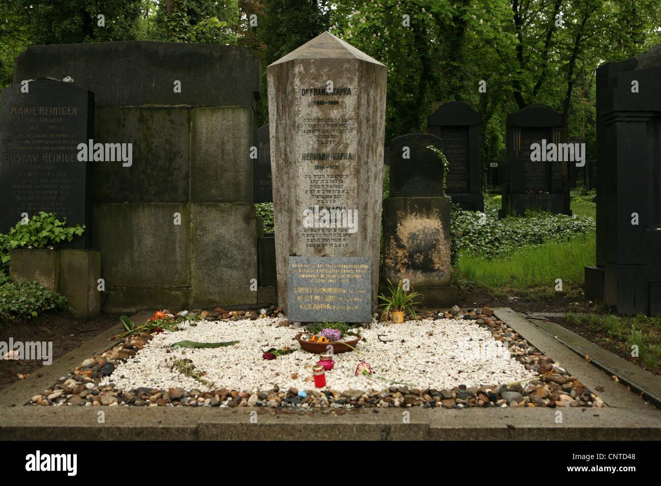 Tumba de Franz Kafka en el Nuevo Cementerio Judío de Praga, República Checa. Foto de stock