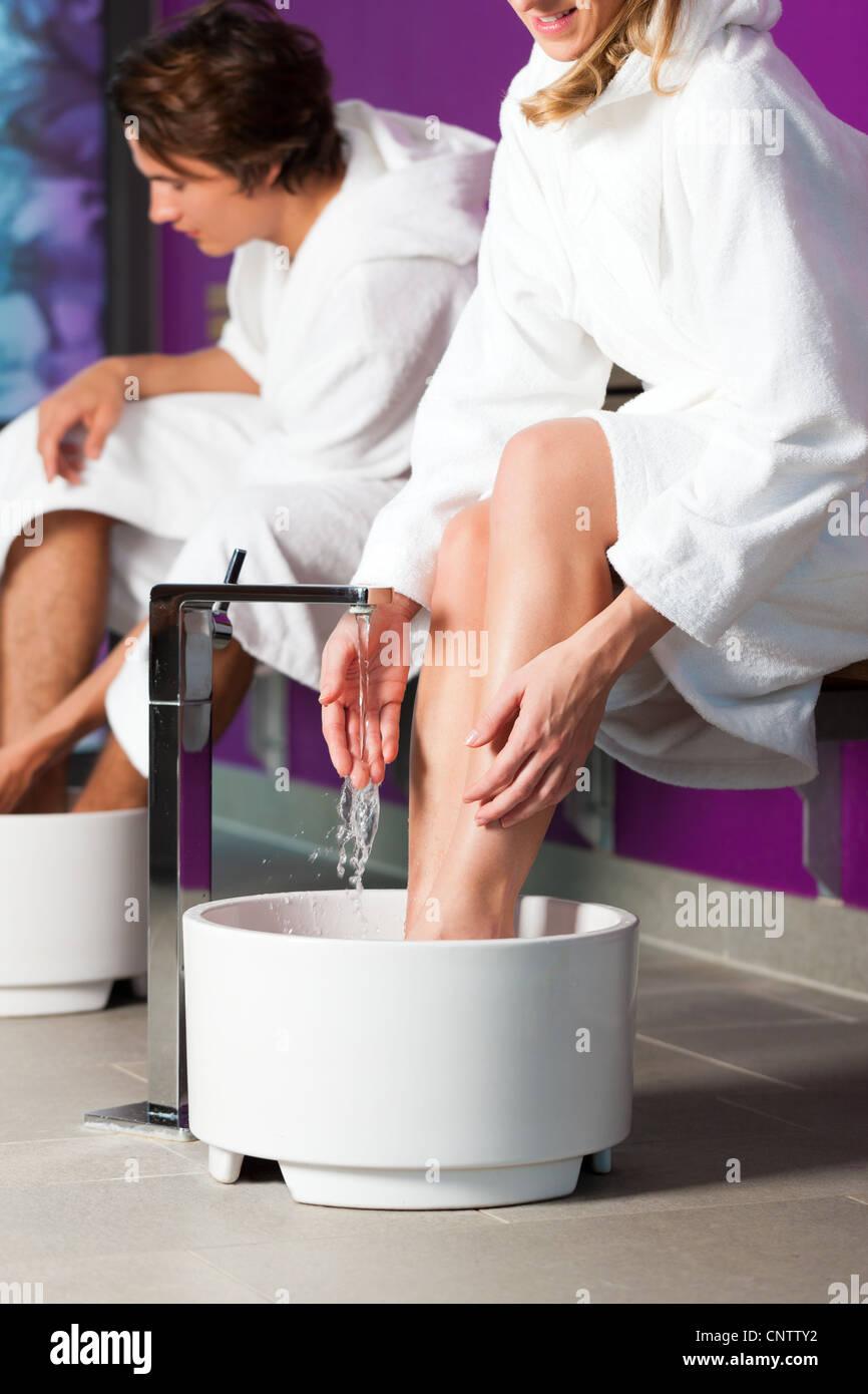 Pareja - hombre y mujer - tener agua de hidroterapia en el spa pediluvio ajuste Foto de stock