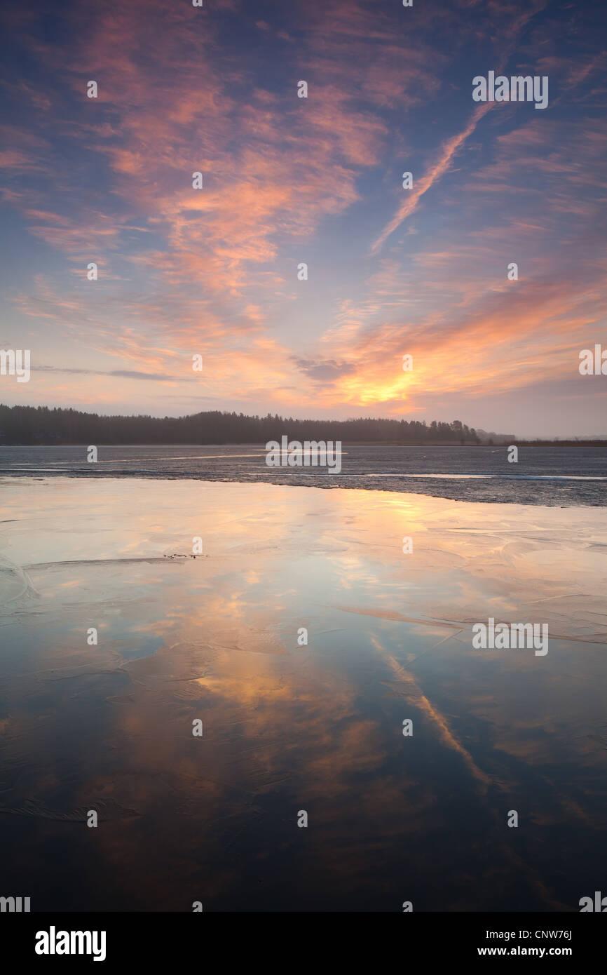 Temprano en la mañana de primavera en el lago Vansjø Vanemfjorden en Østfold, Noruega. Vansjø es una parte del sistema de abastecimiento de agua denominado Morsavassdraget. Foto de stock