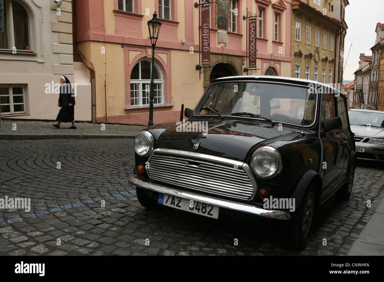 Monja católica y Mini Cooper coche en la calle Nerudova en Praga, República Checa. Imagen De Stock