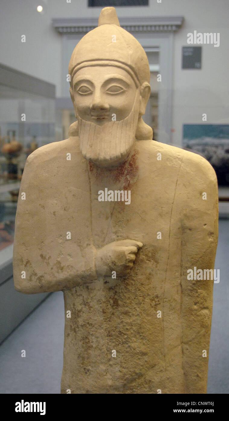 Estatua de piedra caliza workshipper barbudo. 575-550 A.C. Desde el Santuario de Apolo en Phrangissa, Tamassos (Chipre). Detalle. Foto de stock
