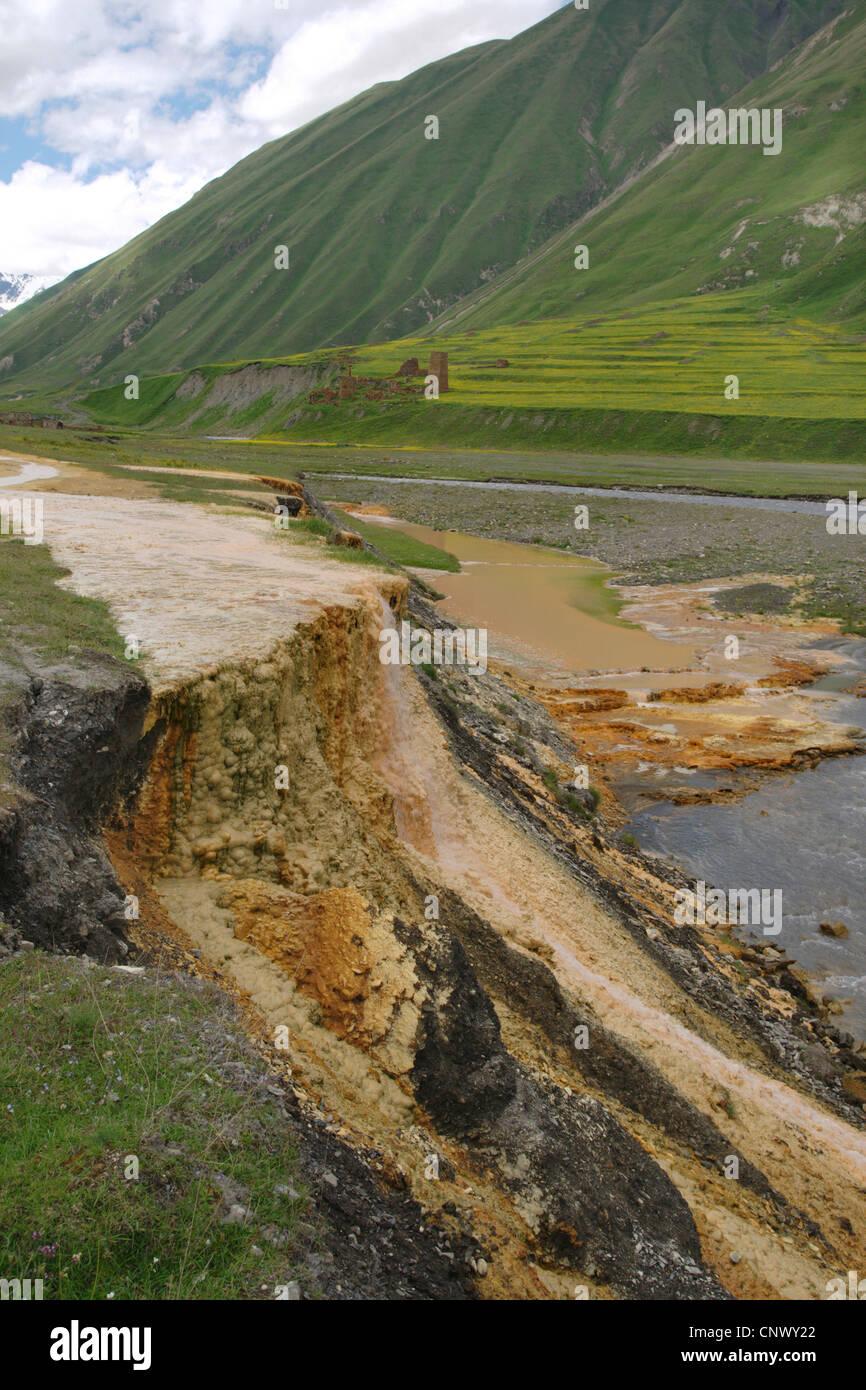 Mineral de Pozos con terrazas de sinter en un recodo del río con abandonado en el fondo del valle, Georgia, Truso-Tal Foto de stock