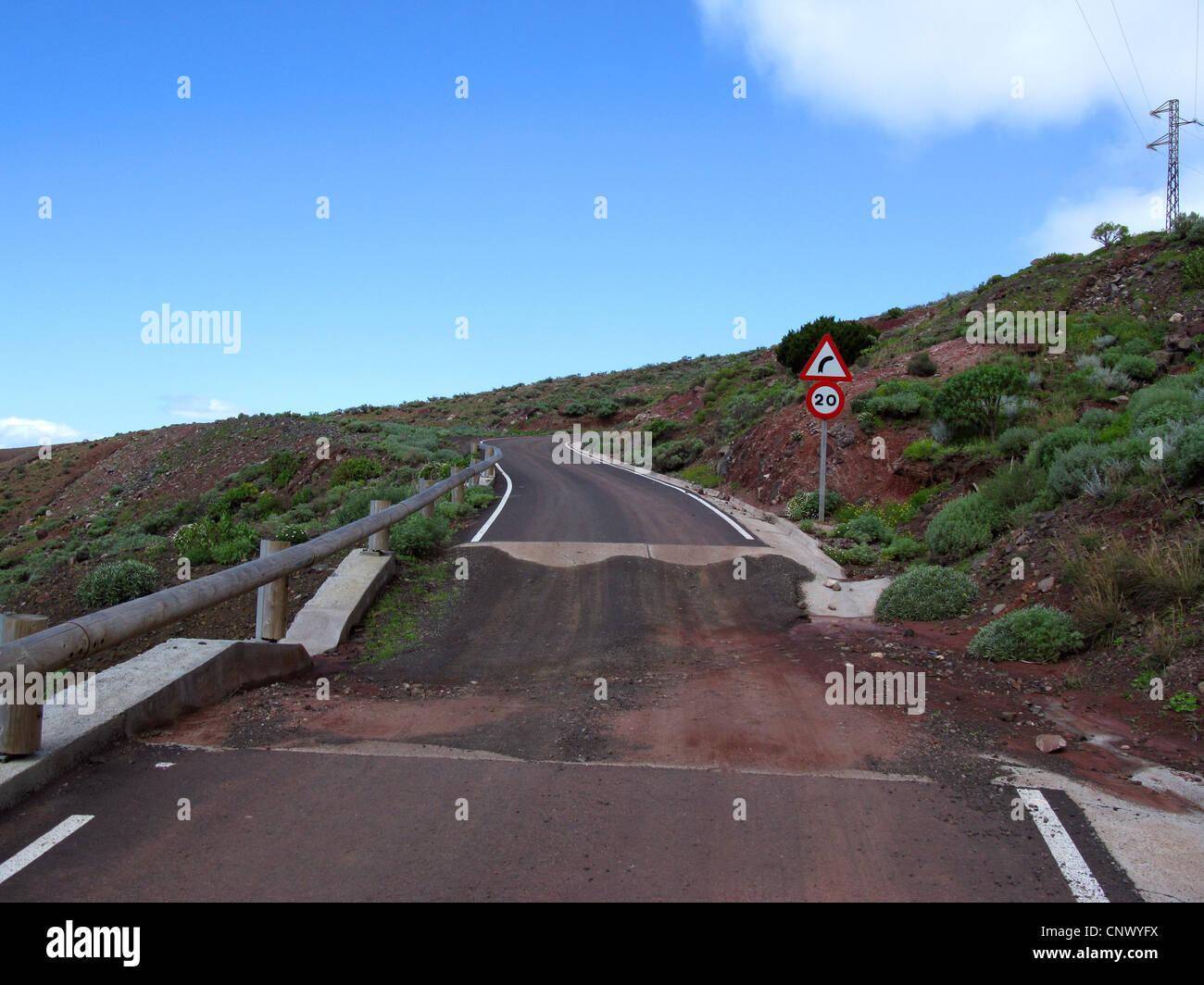 Calle de nueva construcción en el valle de La Tazo con abertura para inundaciones en un barranco, La Gomera, Imagen De Stock