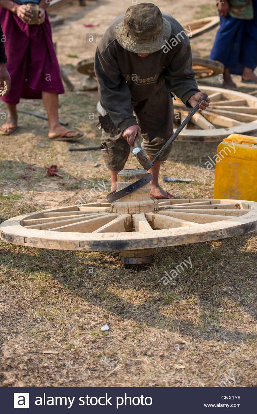 Fabricación de ruedas de carreta de bueyes cerca de Taunggyi, capital del estado de Shan, Myanmar Foto de stock