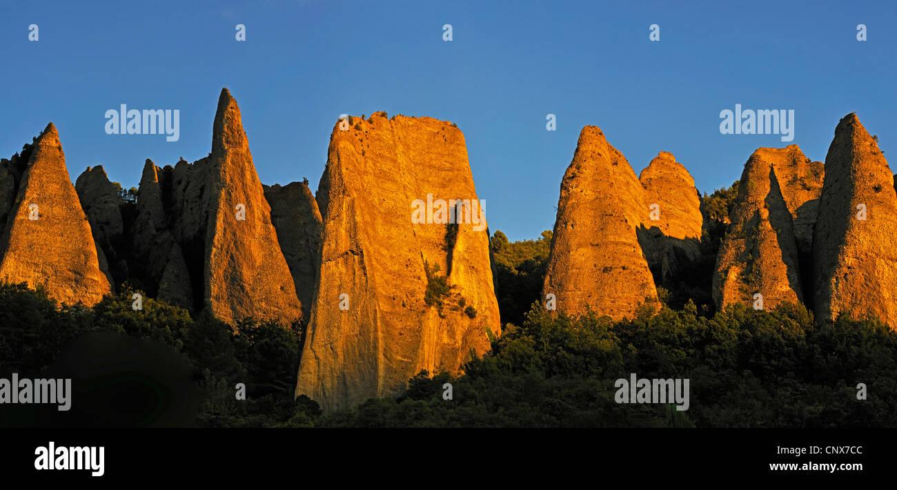 Les Mees, Extrañas rocas en la Provenza, cerca de la ciudad de Sisteron, Francia, Provenza, Sisteron Foto de stock