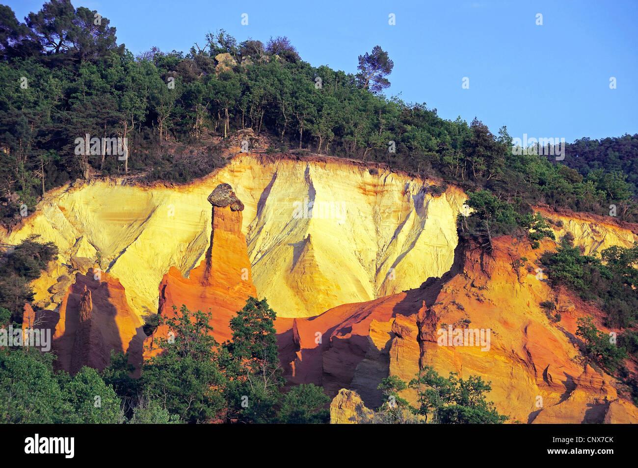 Extraña roca y arena, cerca de la ciudad de Apt, Francia, Provence Foto de stock