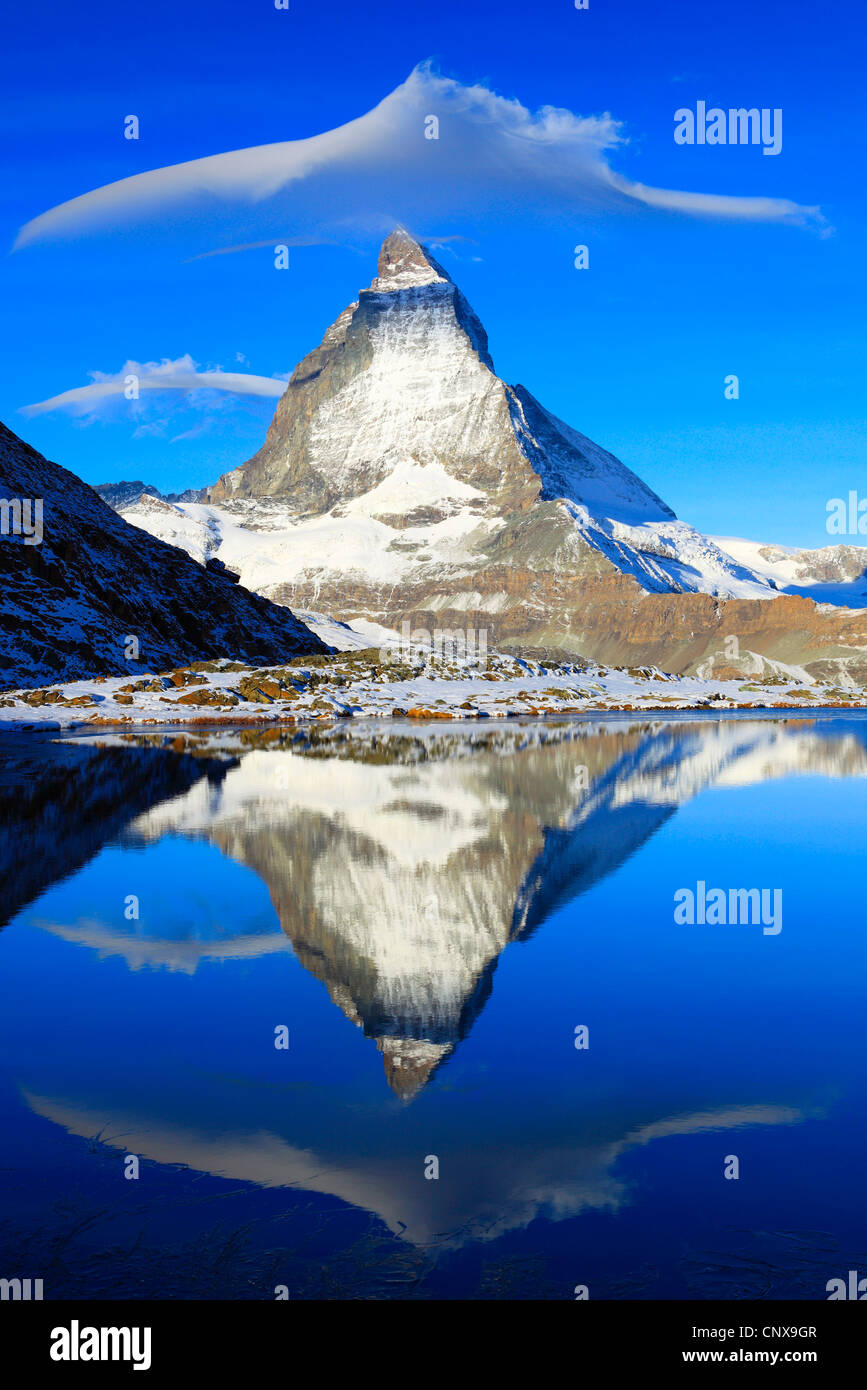 Matterhorn refelcting en lago Riffelsee Riffel, Valais, Suiza Foto de stock
