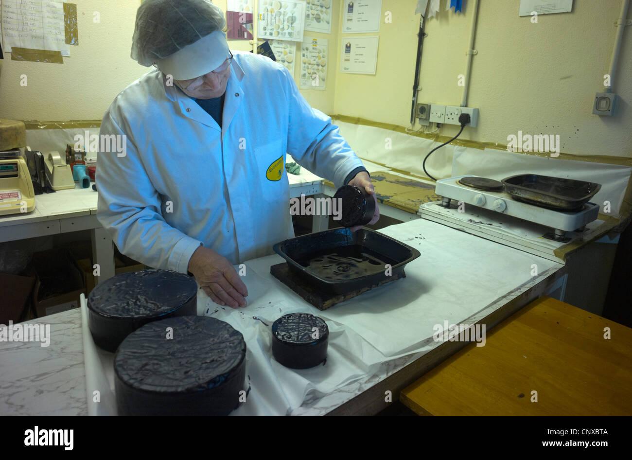 Fabricación de quesos de granja Curworthy Devon - revestimiento de cera el queso Imagen De Stock