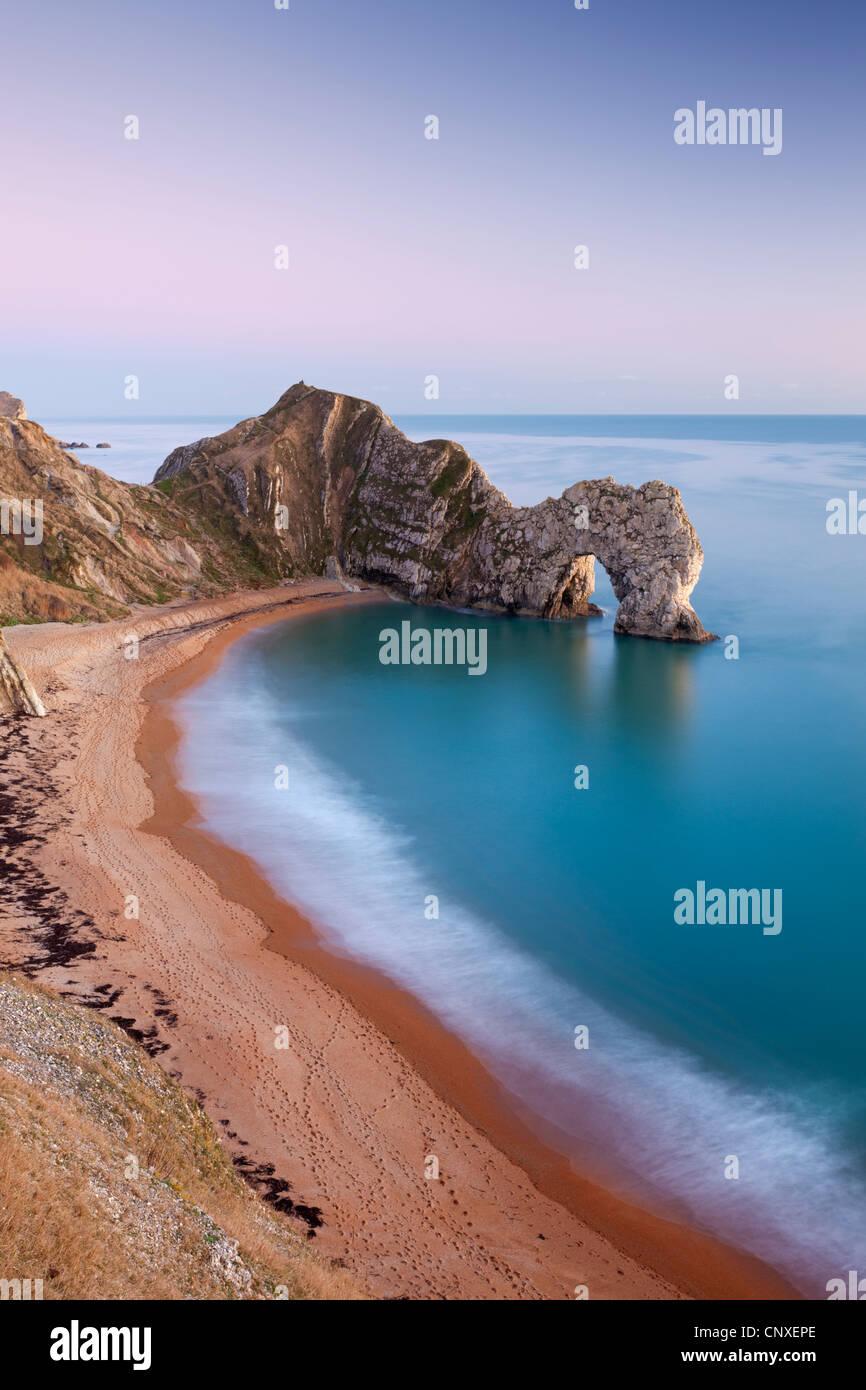 Playa desierta, al atardecer, Durdle Door, Dorset, Inglaterra. Invierno (enero de 2011). Imagen De Stock