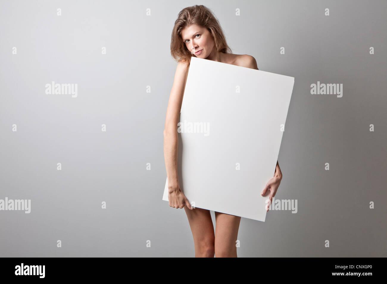Mujer joven celebración panel blanco Imagen De Stock