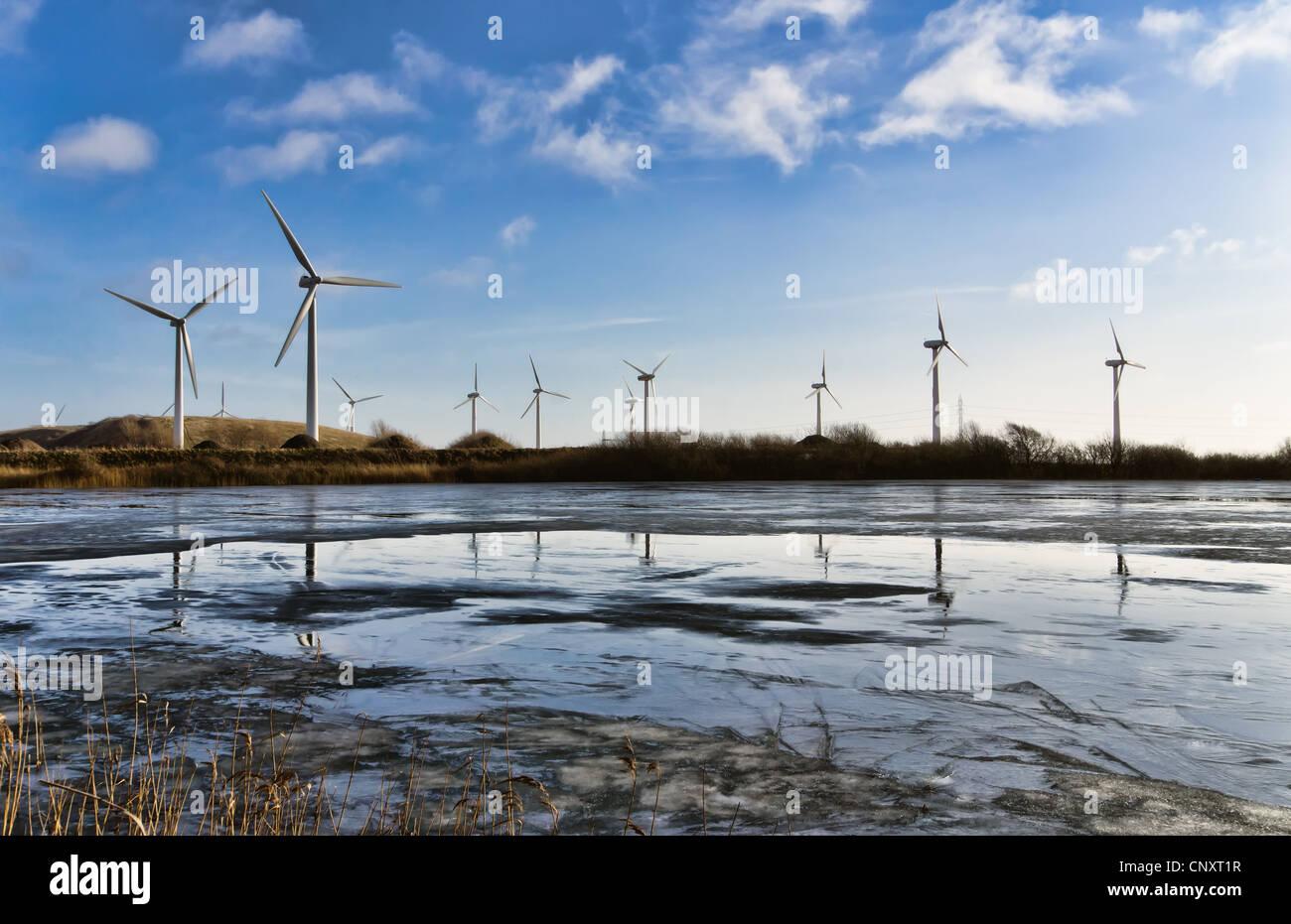 Cerca de Esbjerg, Dinamarca es una gran granja de molinos de viento. Imagen De Stock