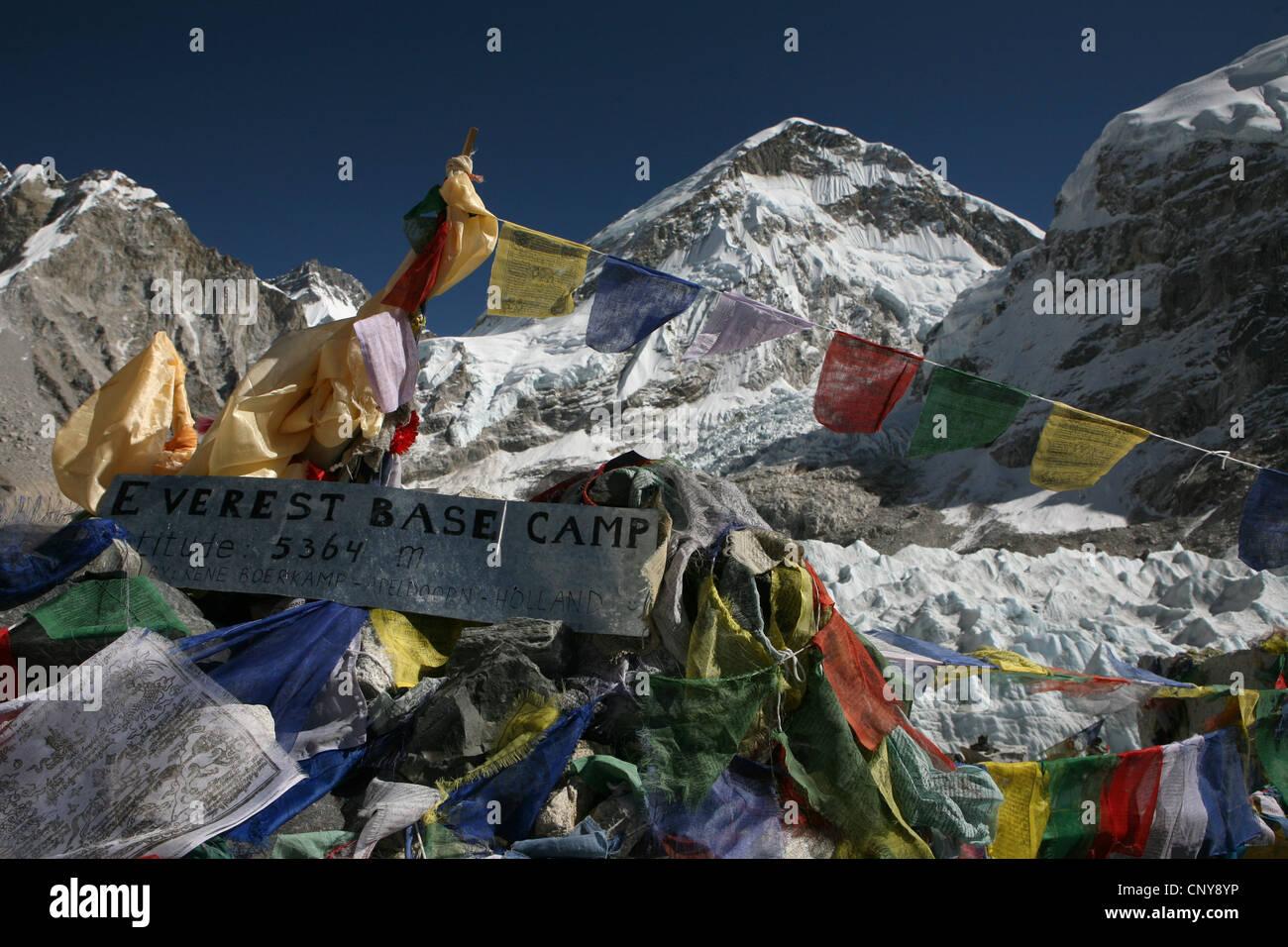 Banderas de oración budista en el campamento base del Everest (5,364 m) en la región de Khumbu en el Himalaya, Imagen De Stock