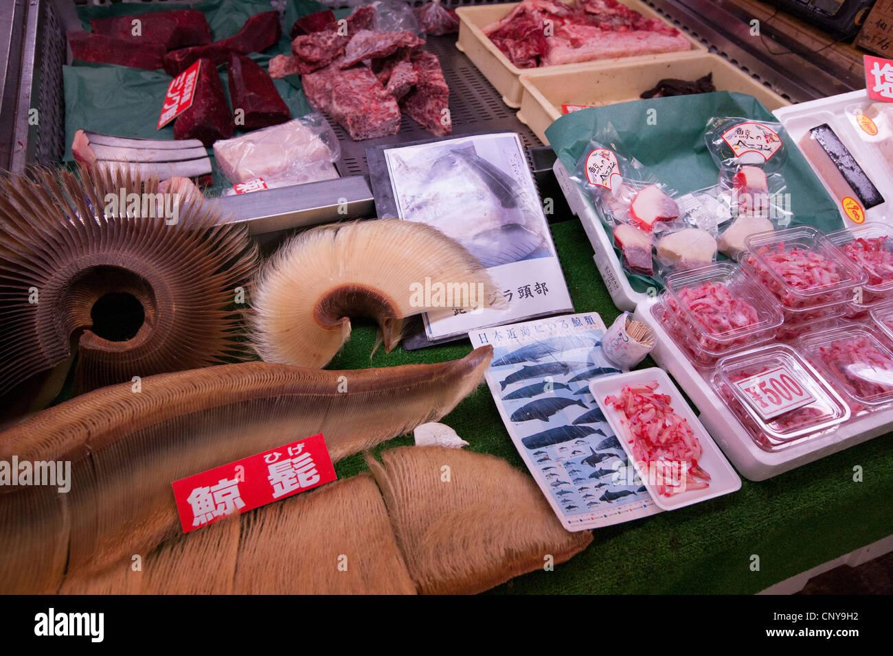 La carne de ballena, y los subproductos de ballenas en la pantalla, dentro del mercado de pescado de Shiogama, en Shiogama Ishinomaki, cerca de la ciudad, Japón. Foto de stock
