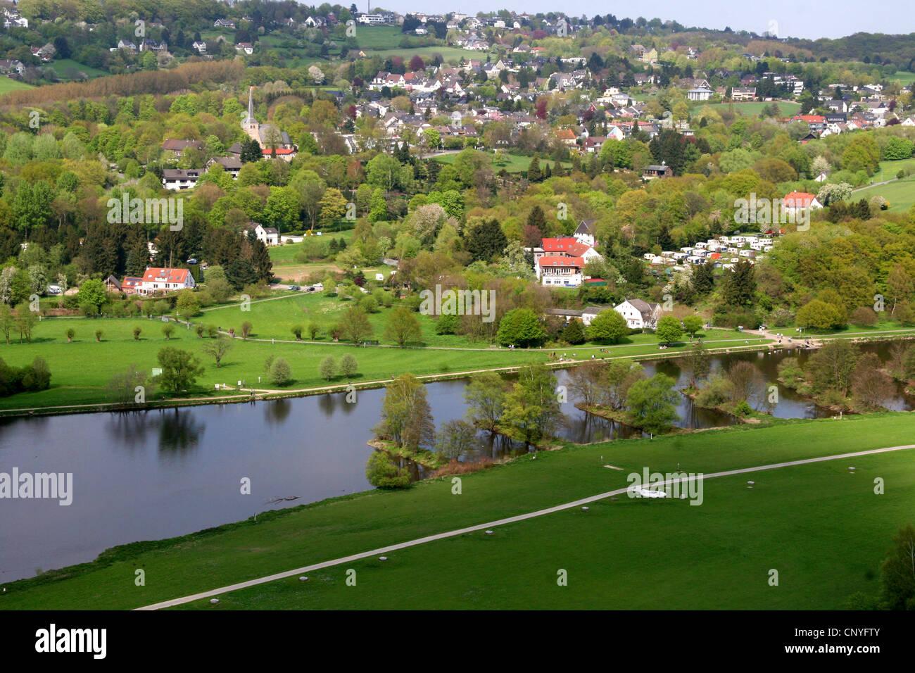 Vista del Valle de Ruhr con iglesia Stiepeler Dorfkirche del Castillo Blankenstein, Alemania, Renania del Norte-Westfalia, Hattingen Blankenstein Foto de stock