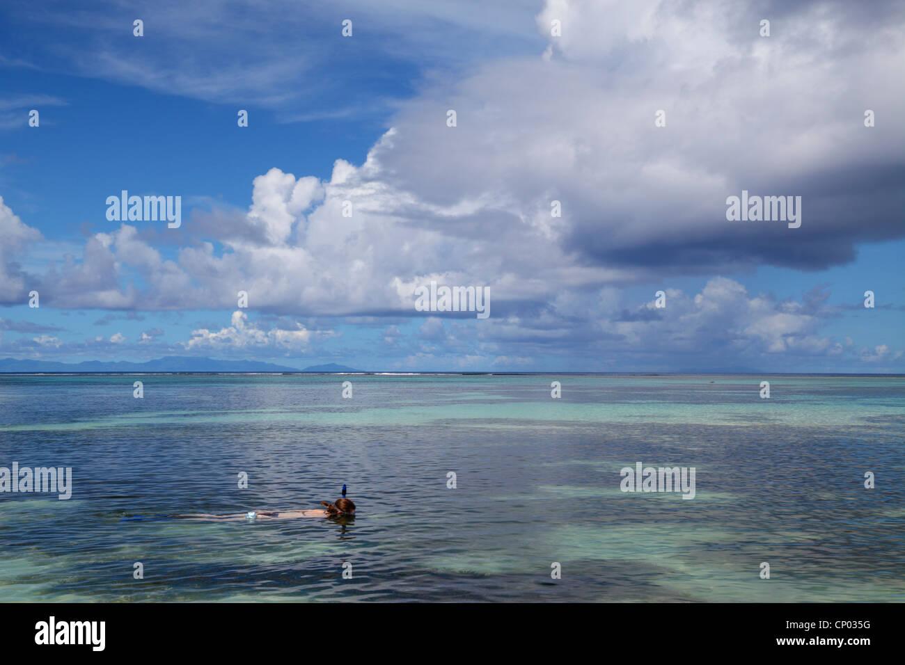 Mujer snorkeling en Anse Source d'Argent En La Digue de las Seychelles Foto de stock