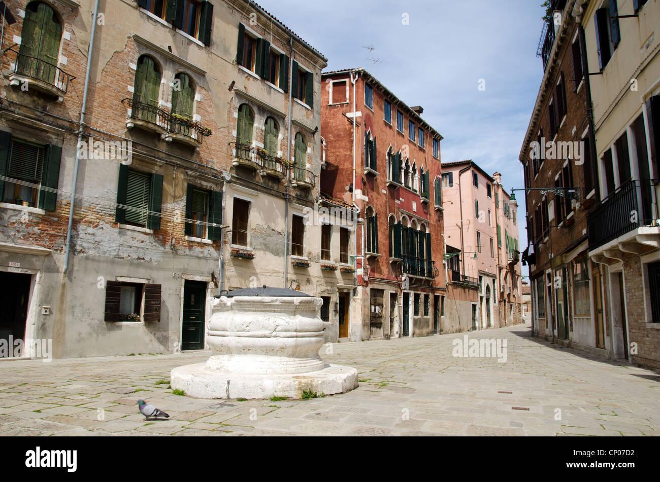 OOld pozo de agua en el Campo dei Mori (cuadrado) - Morisca Cannareggio Sestiere, Venecia - Italia Imagen De Stock
