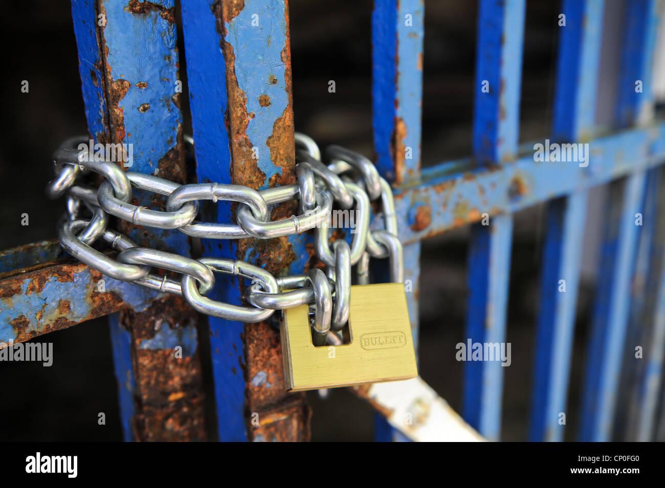 Cadena con candado en la puerta. Foto de stock